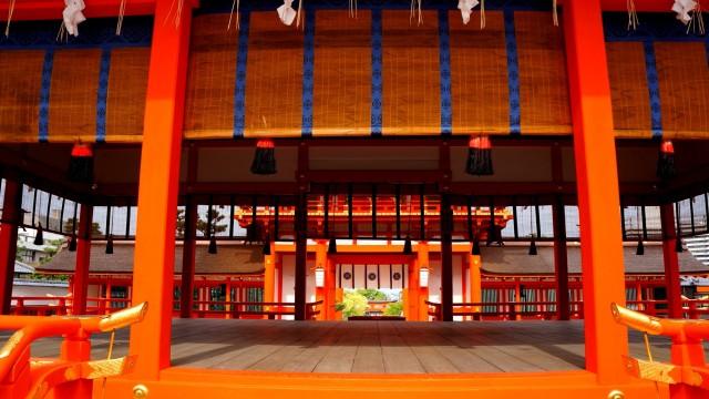 伏見稲荷大社の外拝殿から楼門