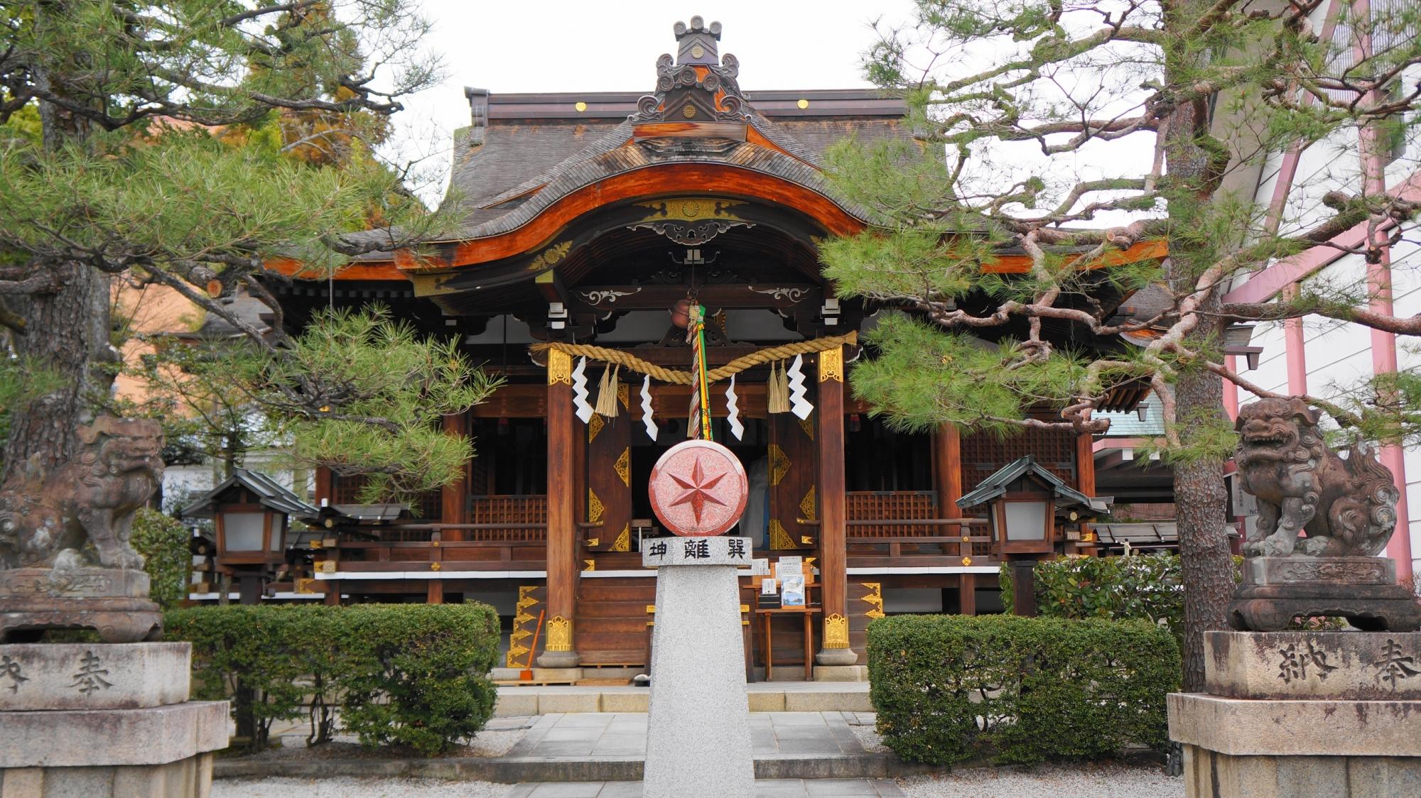 方位の星神の大将軍八神社の本殿と方位と星のモニュメント