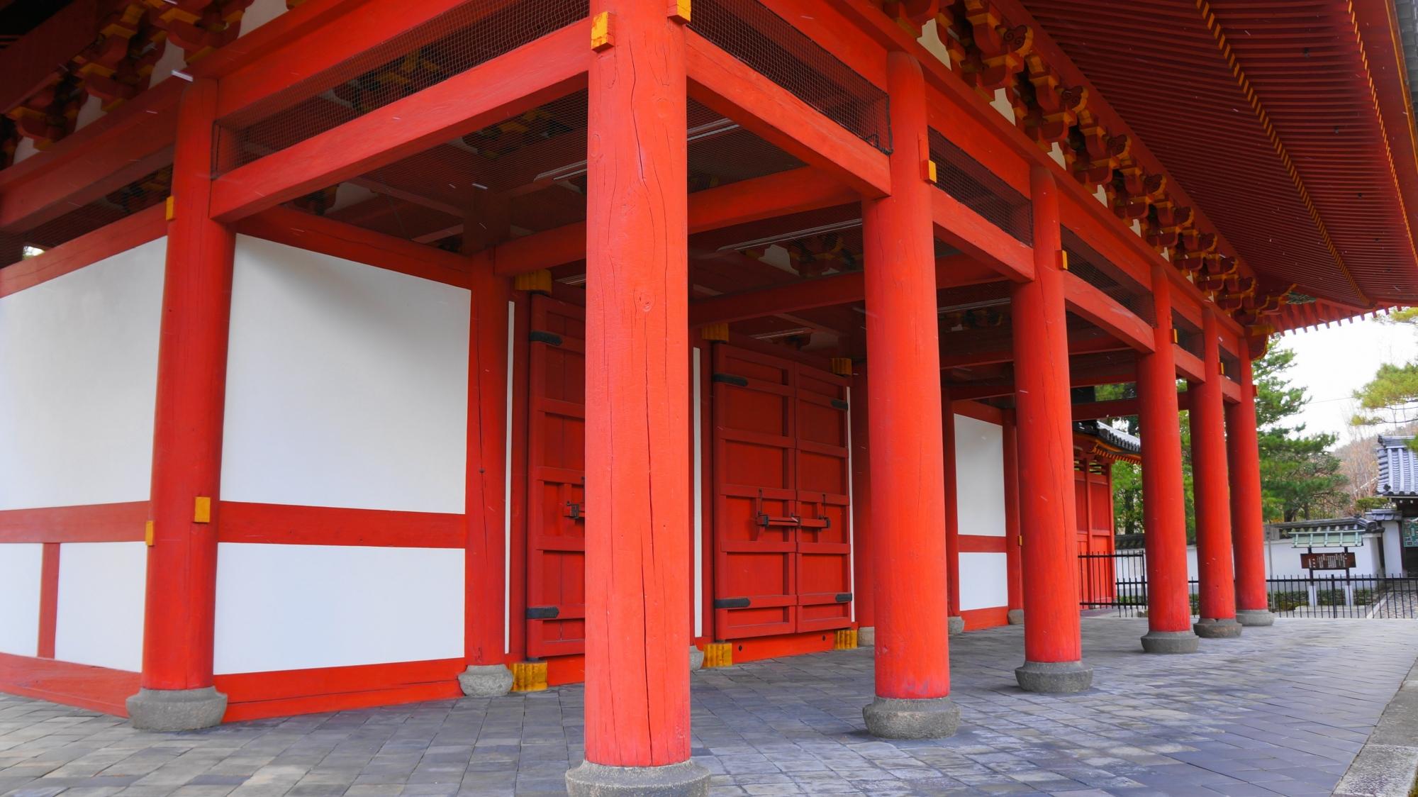 妙心寺の美しい赤い三門