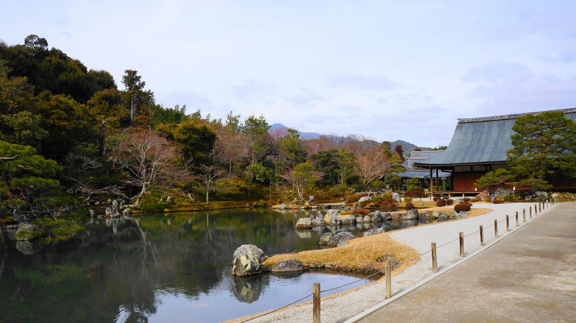 彩りの薄れる天龍寺の冬の曹源池(曹源池庭園)