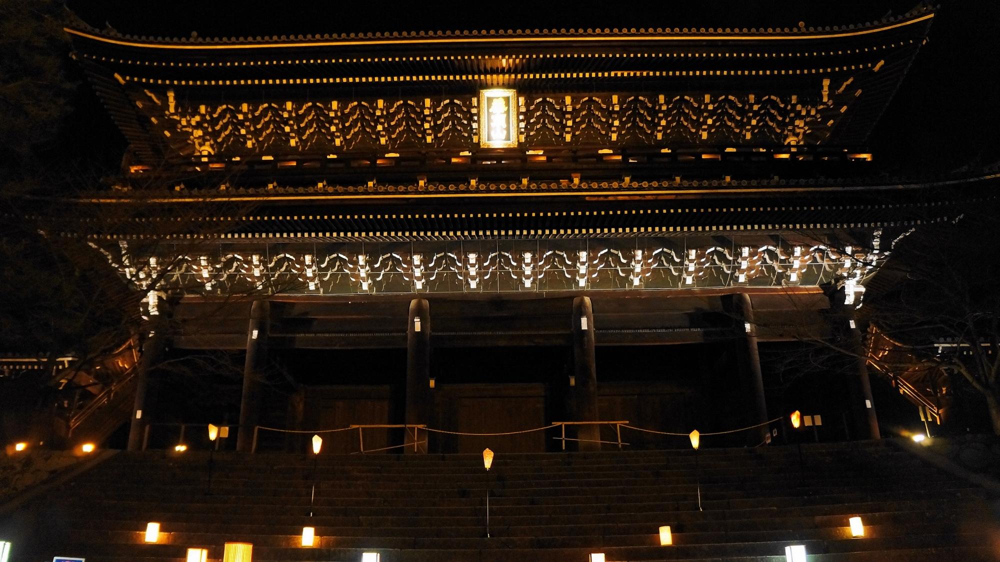 東山花灯路での知恩院の三門ライトアップ