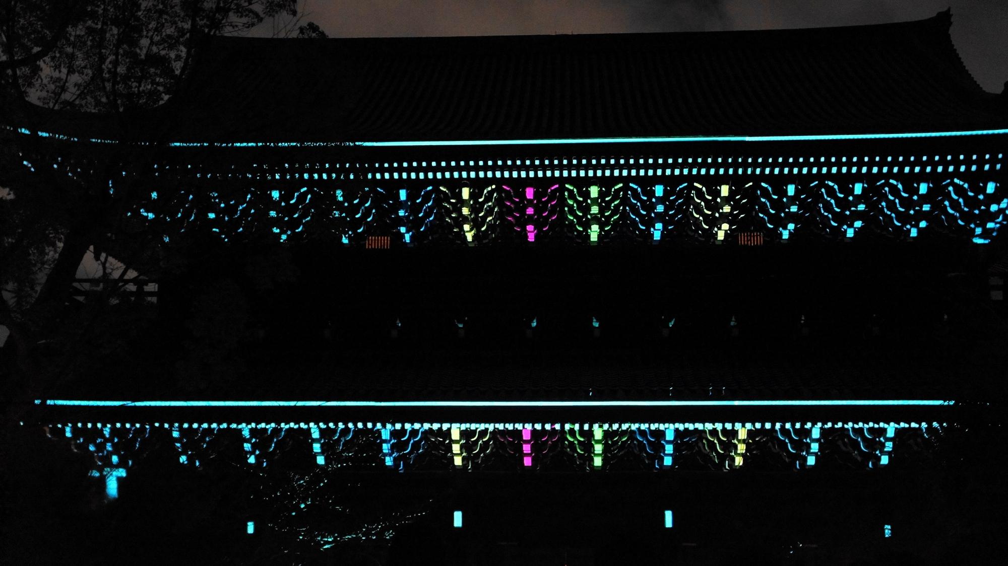 東山花灯路での優美な知恩院三門のプロジェクションマッピング「幻想の灯り」