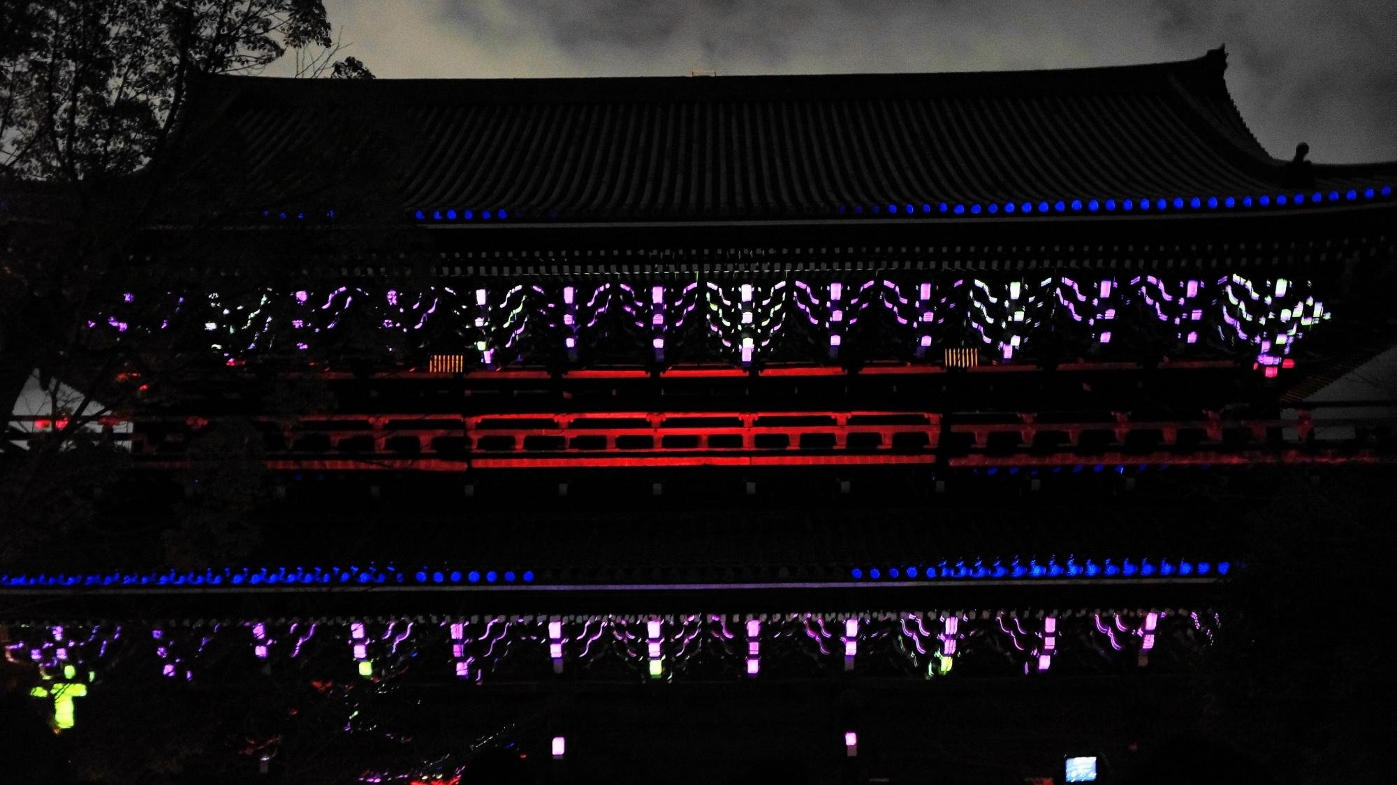 京都東山花灯路での幻想的な知恩院三門のプロジェクションマッピング「幻想の灯り」
