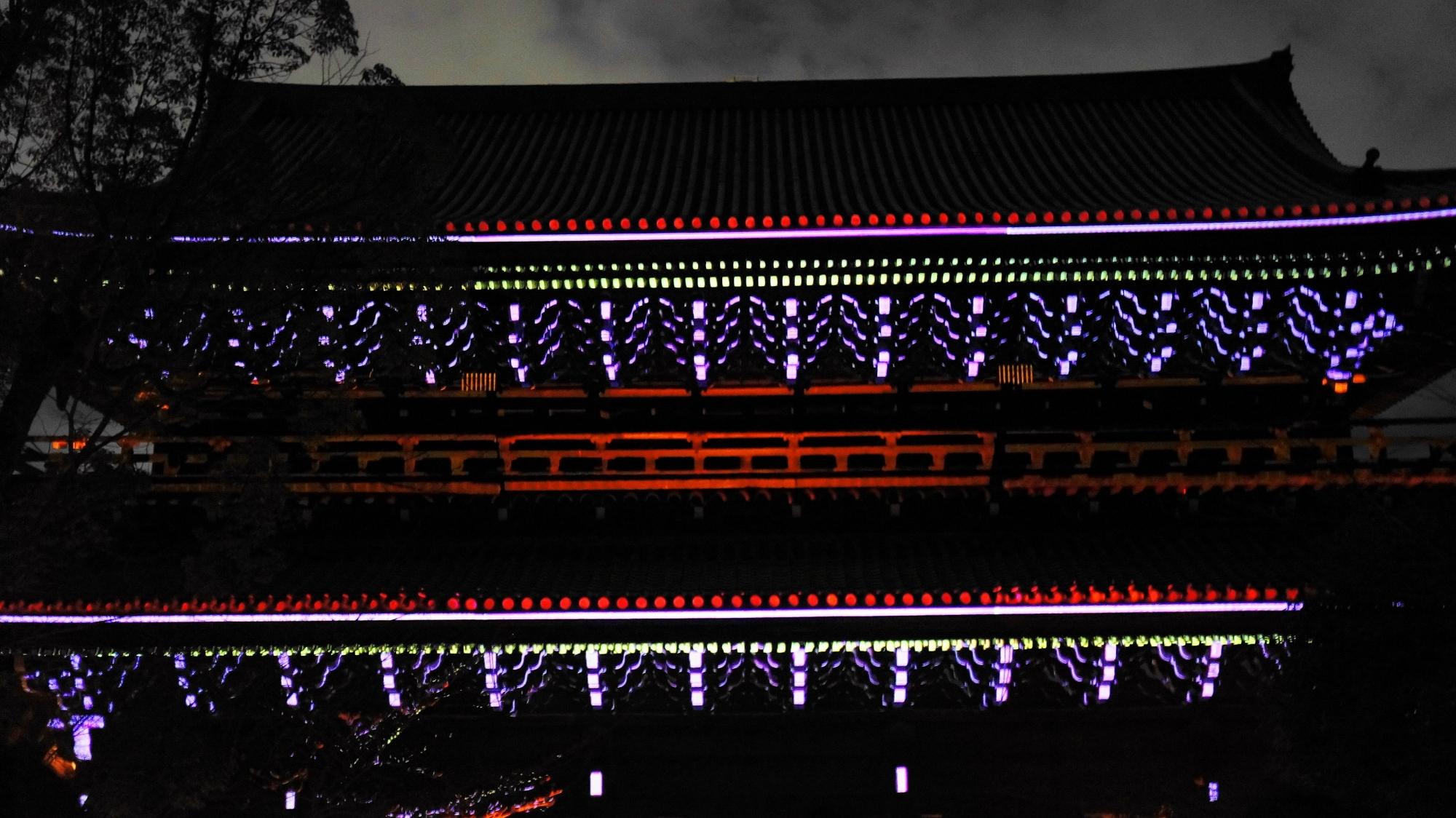 東山花灯路での知恩院三門の幻想的なプロジェクションマッピングの幻想の灯り