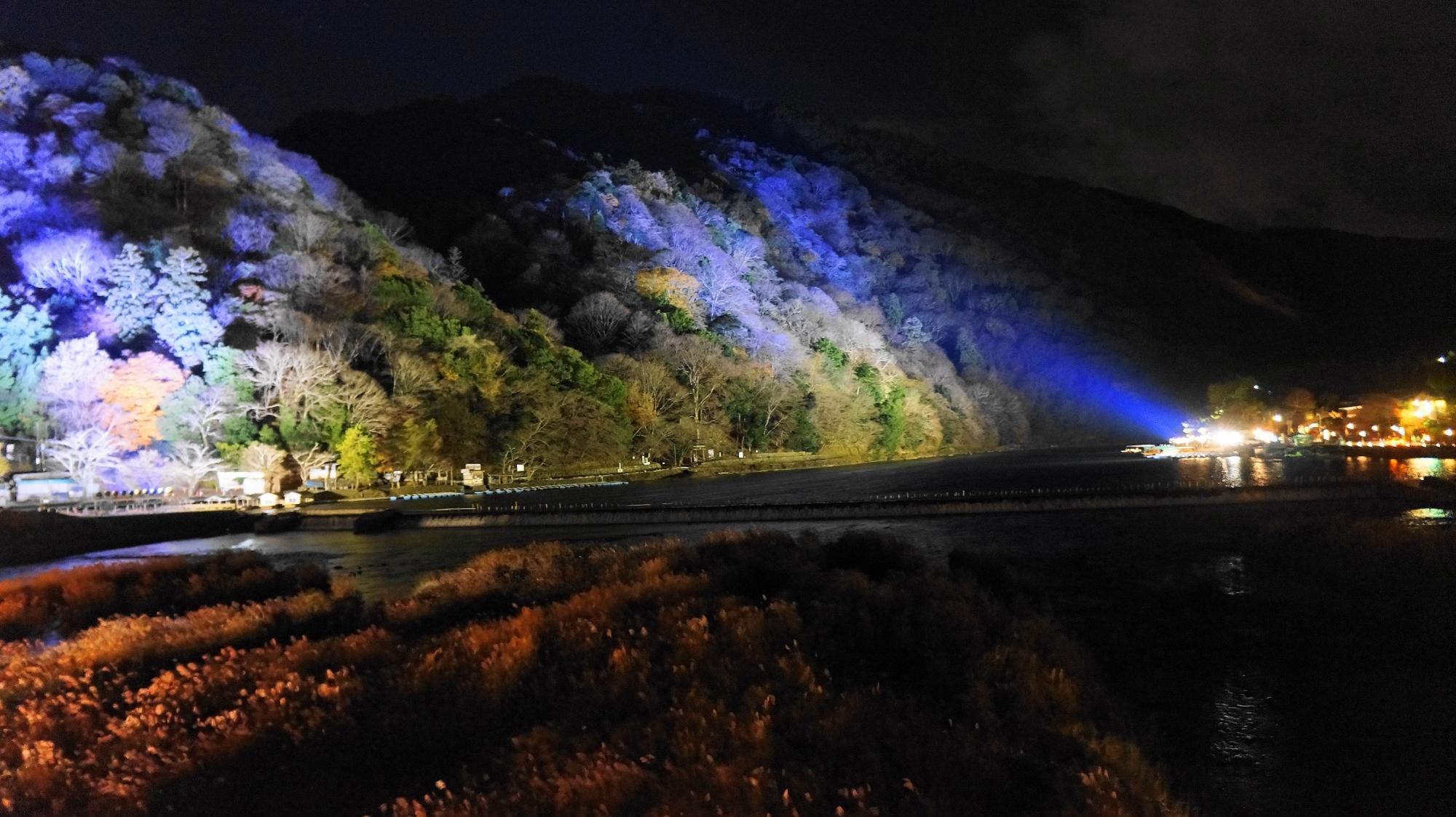 嵐山花灯路の幻想的な嵐山ライトアップ