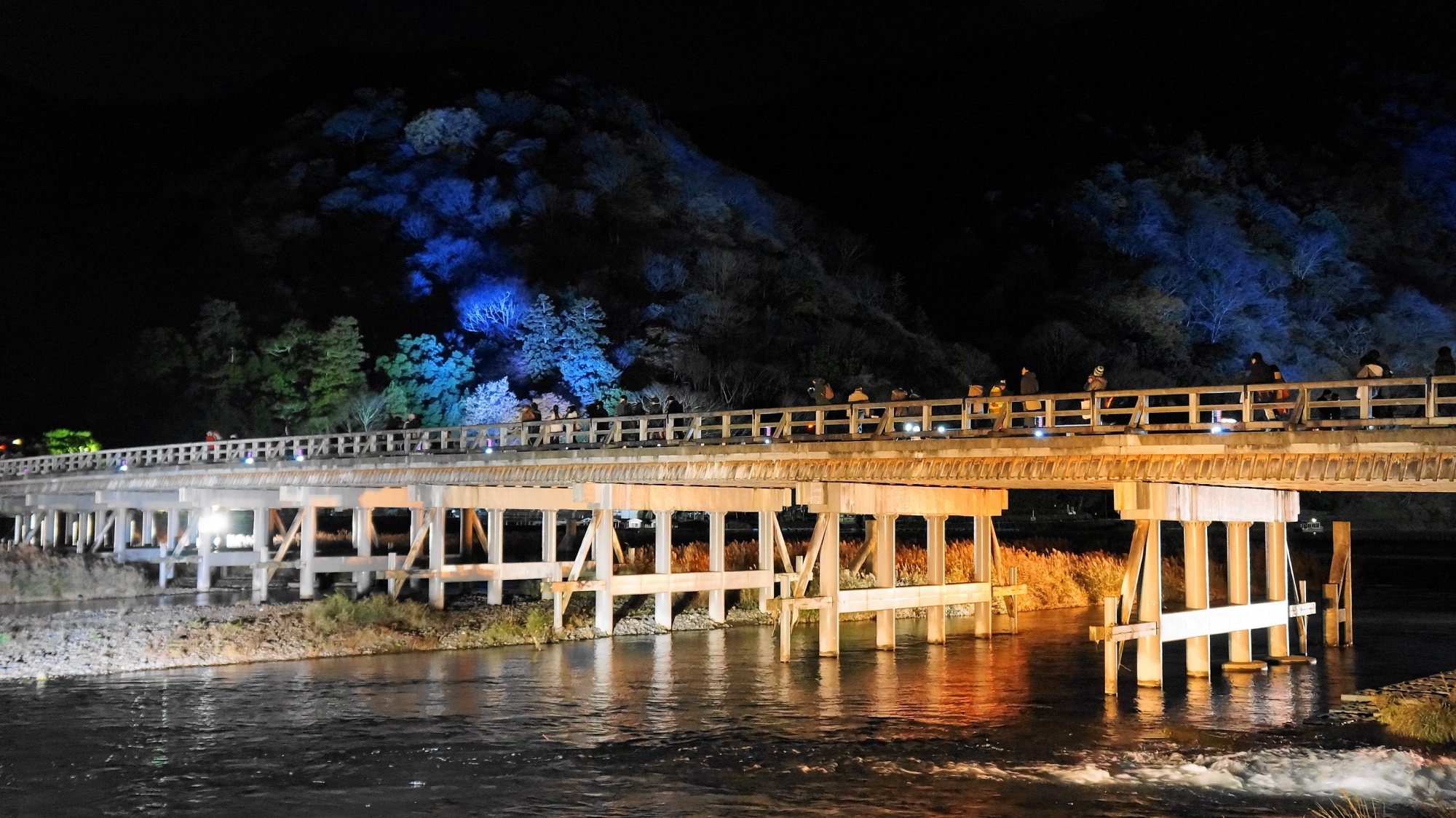 嵐山花灯路の嵐山・渡月橋ライトアップ