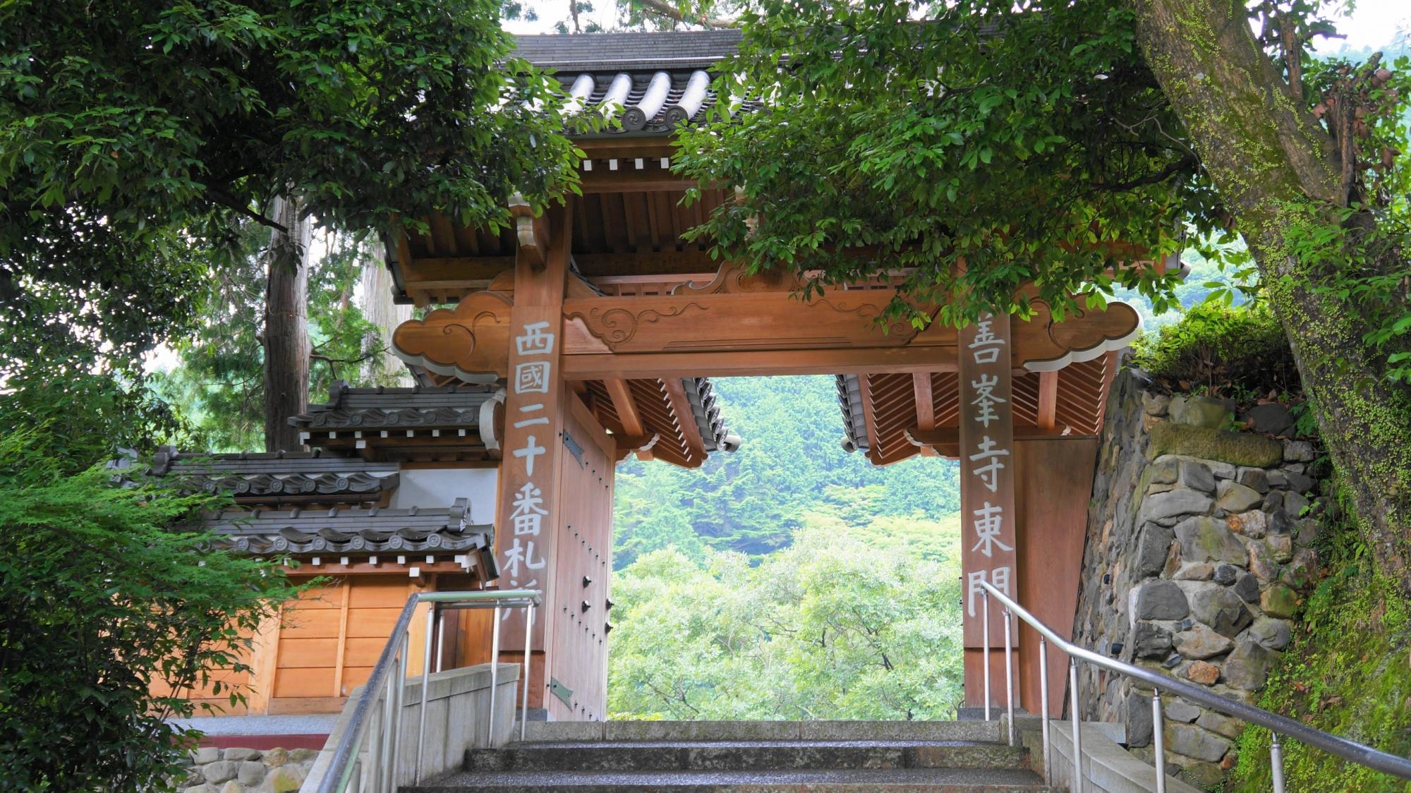 緑につつまれた善峯寺の東門