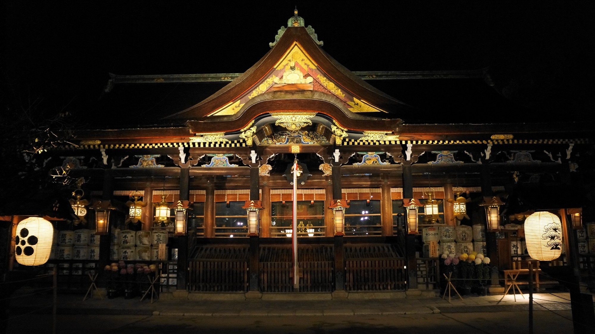 京都北野天満宮の社殿のライトアップ