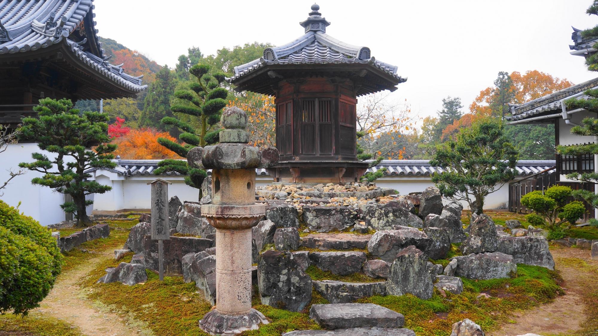 岩垣の上に佇む興聖寺の鎮守社