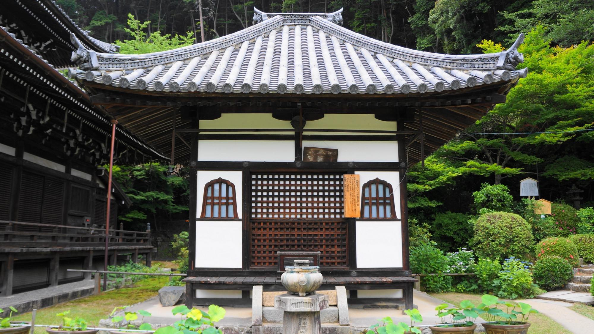 白壁の落ち着いた雰囲気の三室戸寺の阿弥陀堂