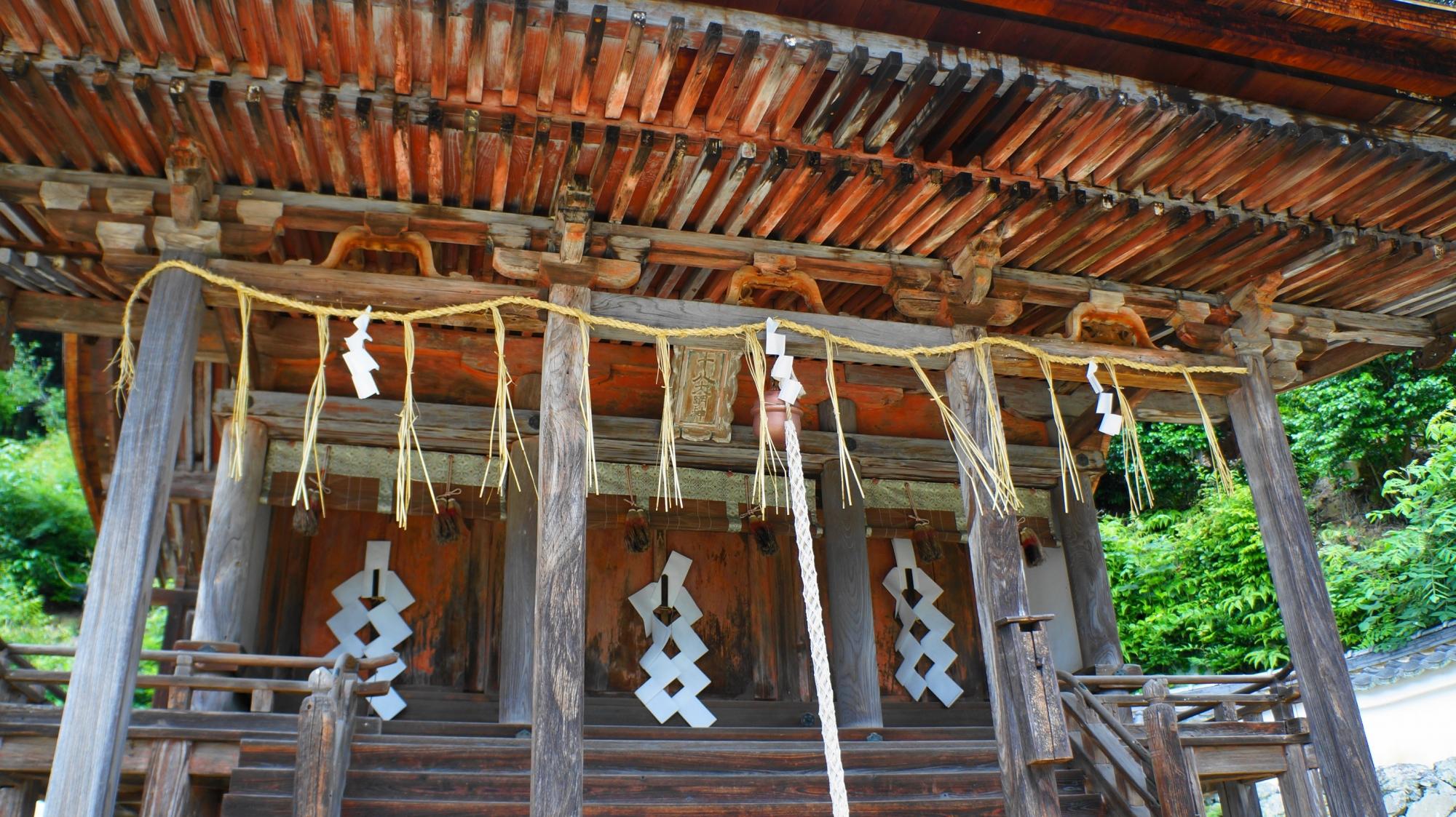 厳かな雰囲気のする三室戸寺の十八神社の本殿