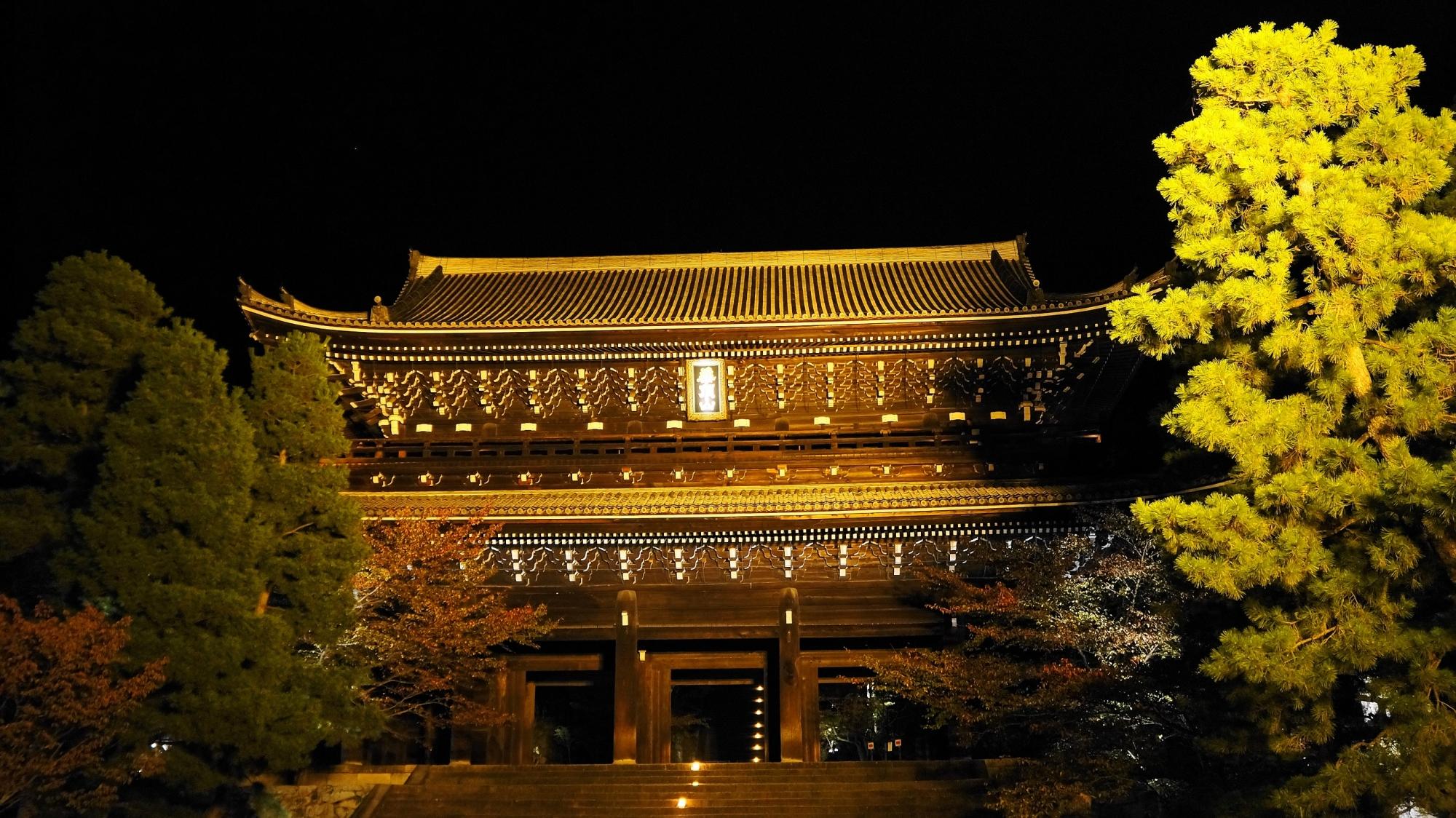 知恩院の巨大な三門のライトアップ