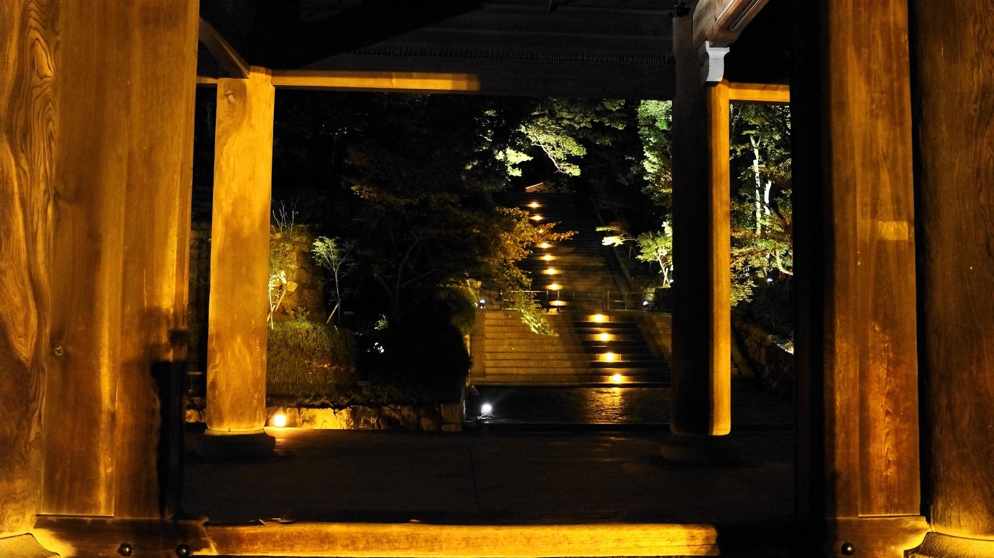 知恩院の三門下から眺めた男坂のライトアップ
