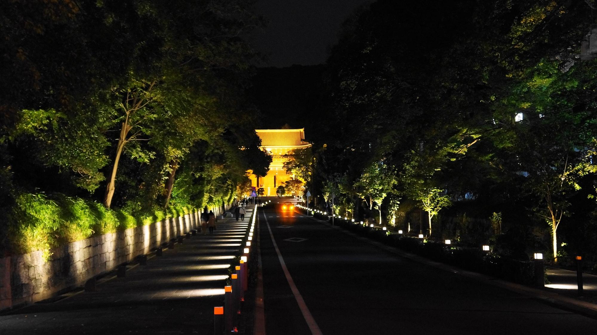 知恩院の新門のライトアップ