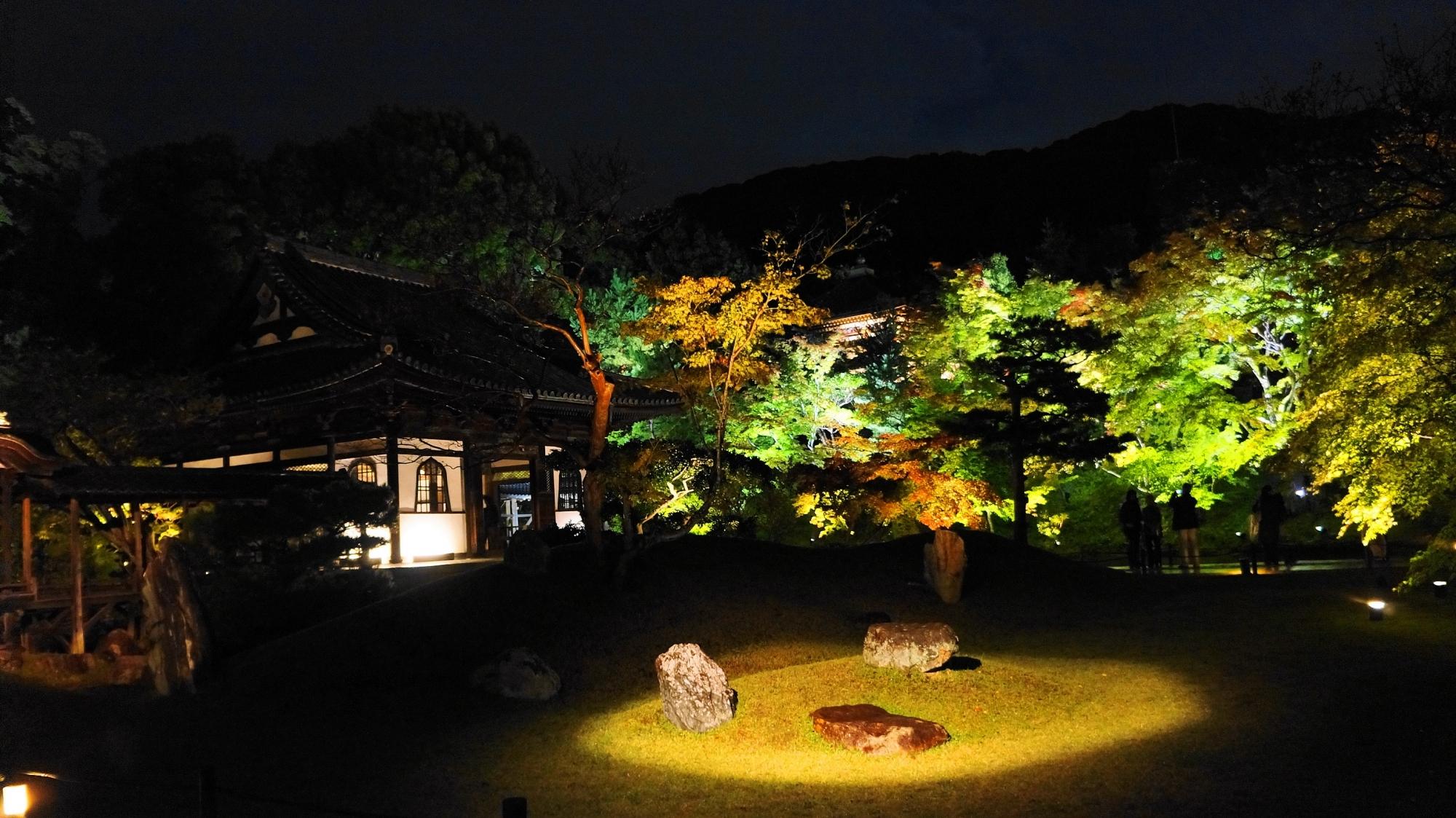 京都高台寺の風情ある観月台のライトアップ