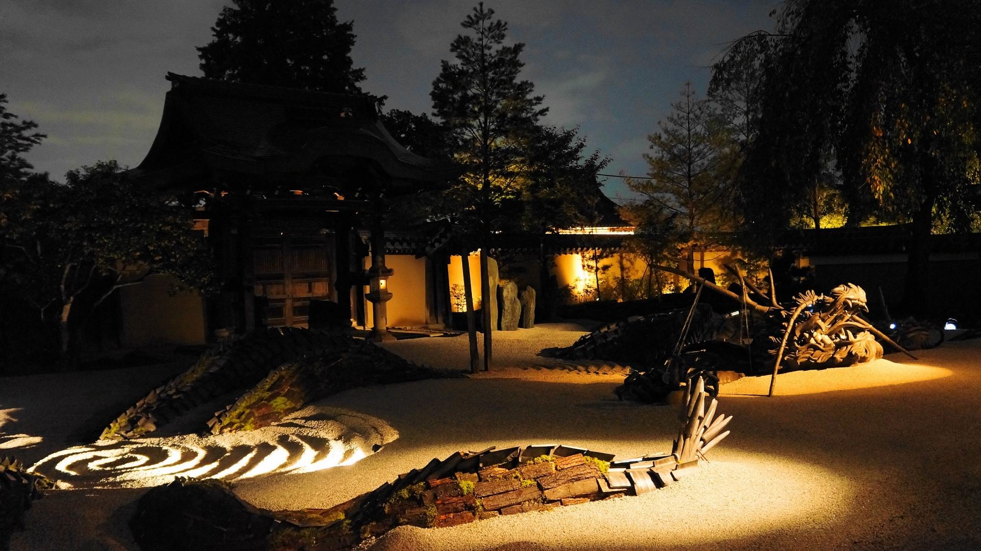 高台寺の龍の方丈庭園の鮮やかなライトアップ