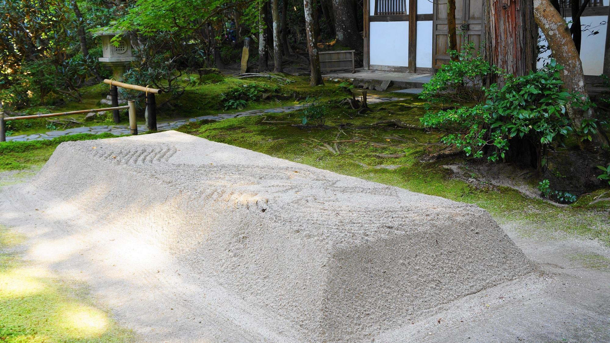 法然院の綺麗な白砂壇