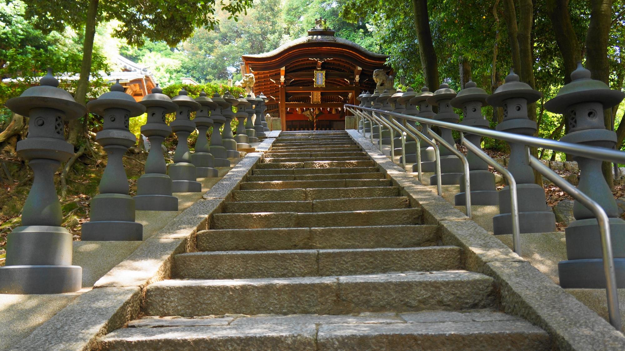 鳥居の先には長い石段が続き何とも風情の感じられる神社の五社成就宮