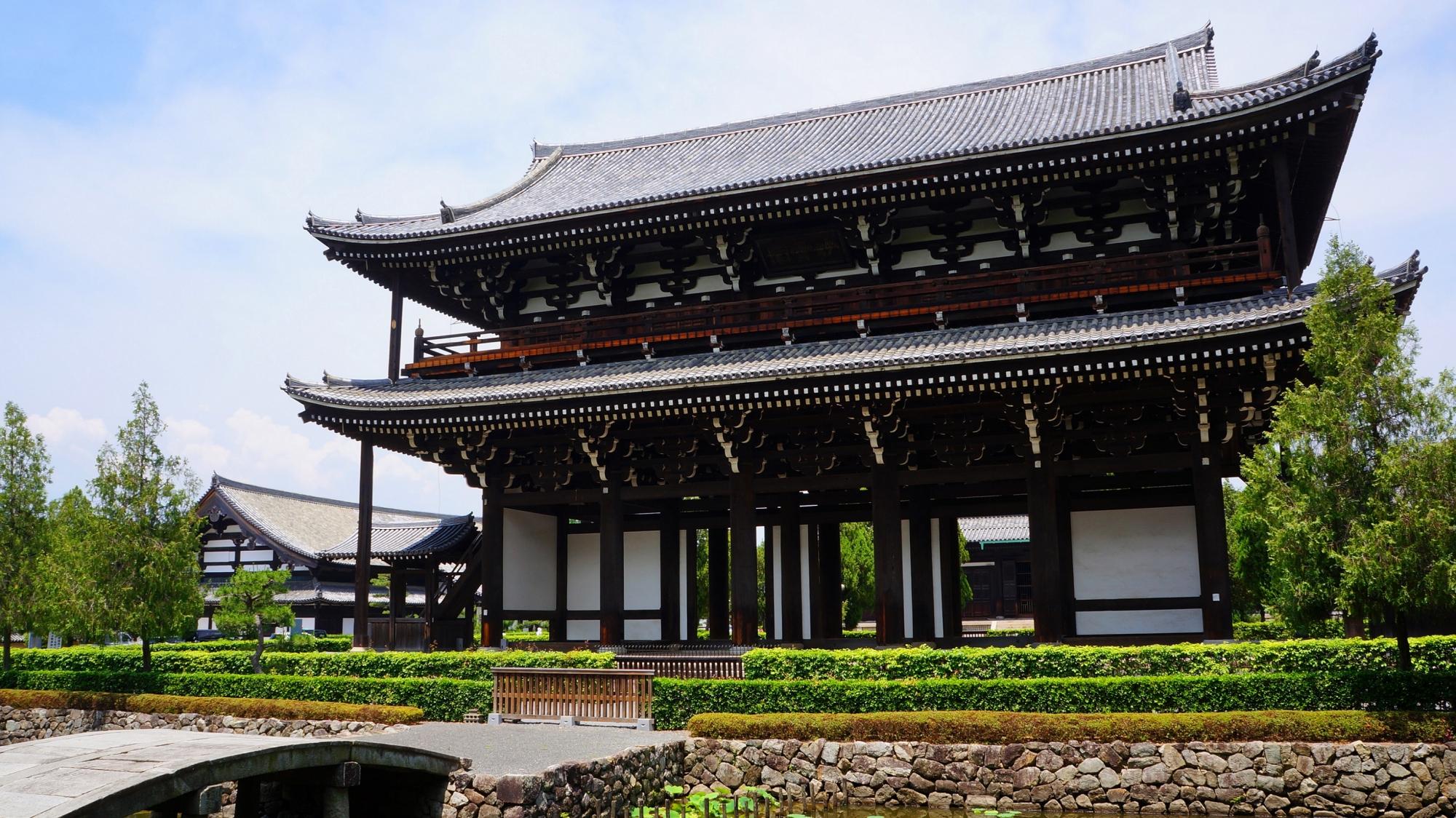 前は池になっており石橋が架かる東福寺の巨大な三門