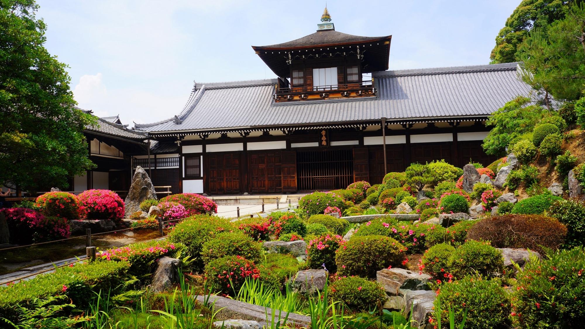東福寺の開山堂と見ごろをむかえたサツキ