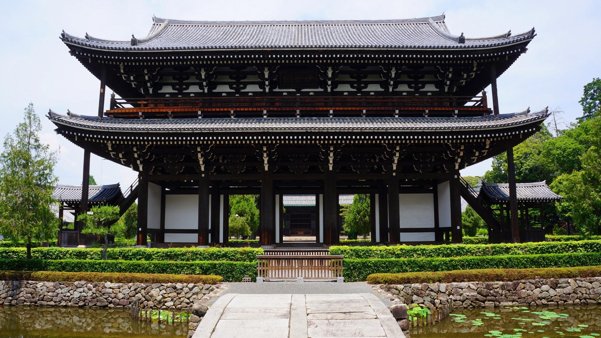 東福寺の雄大な佇まいの三門