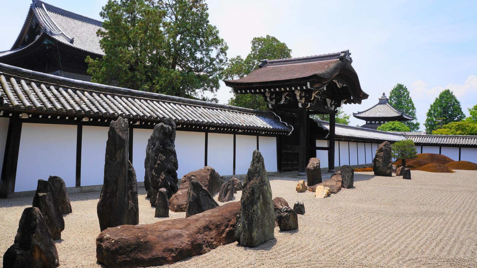 力強い岩がたくさん配された東福寺の方丈庭園の南庭