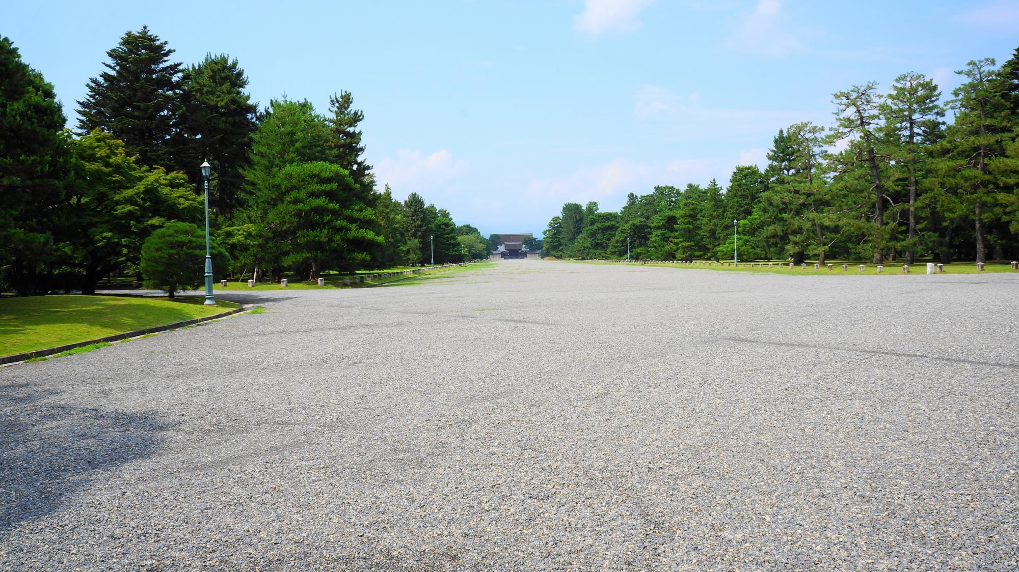 京都御苑の建礼門前大通りと小さく見える建礼門