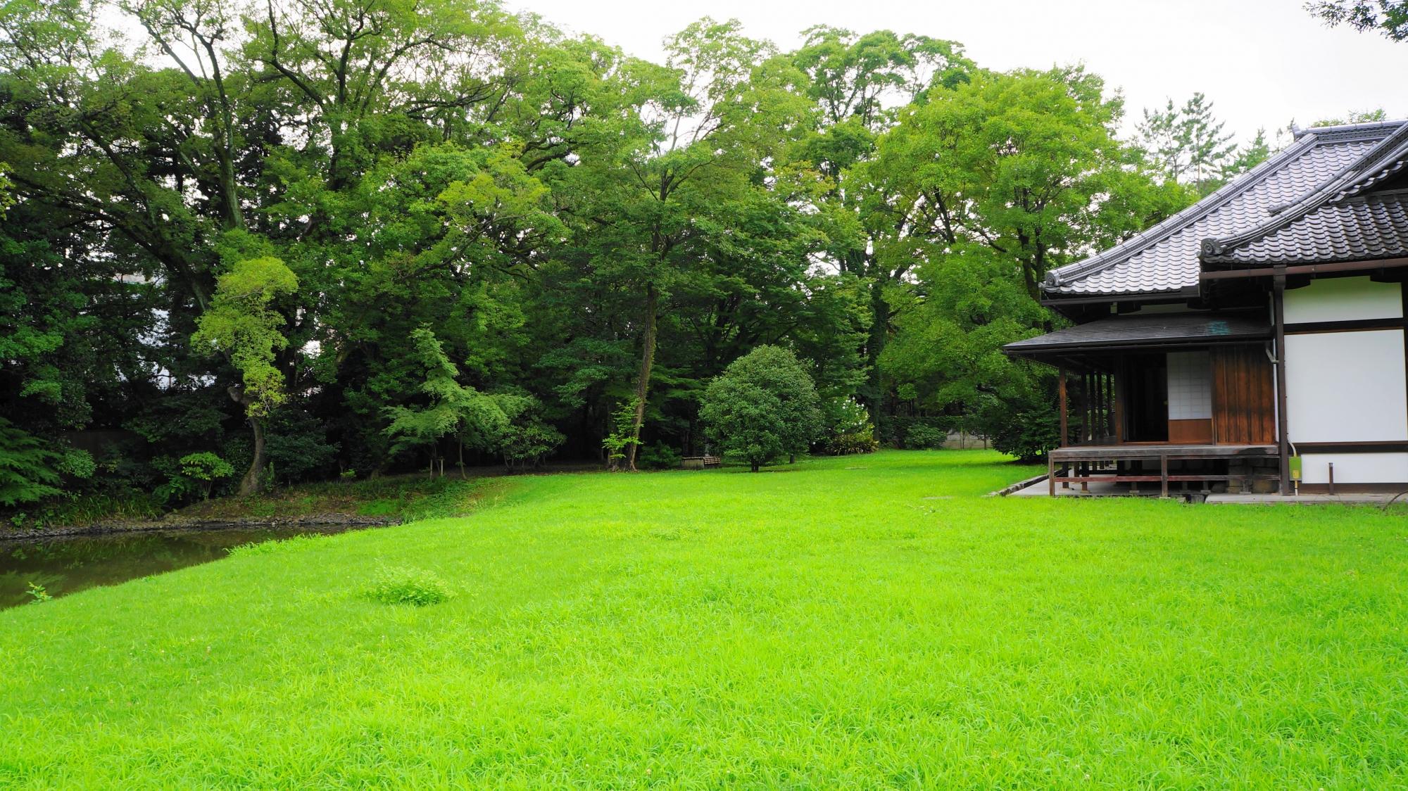 美しい緑の芝生が広がる閑院宮邸跡