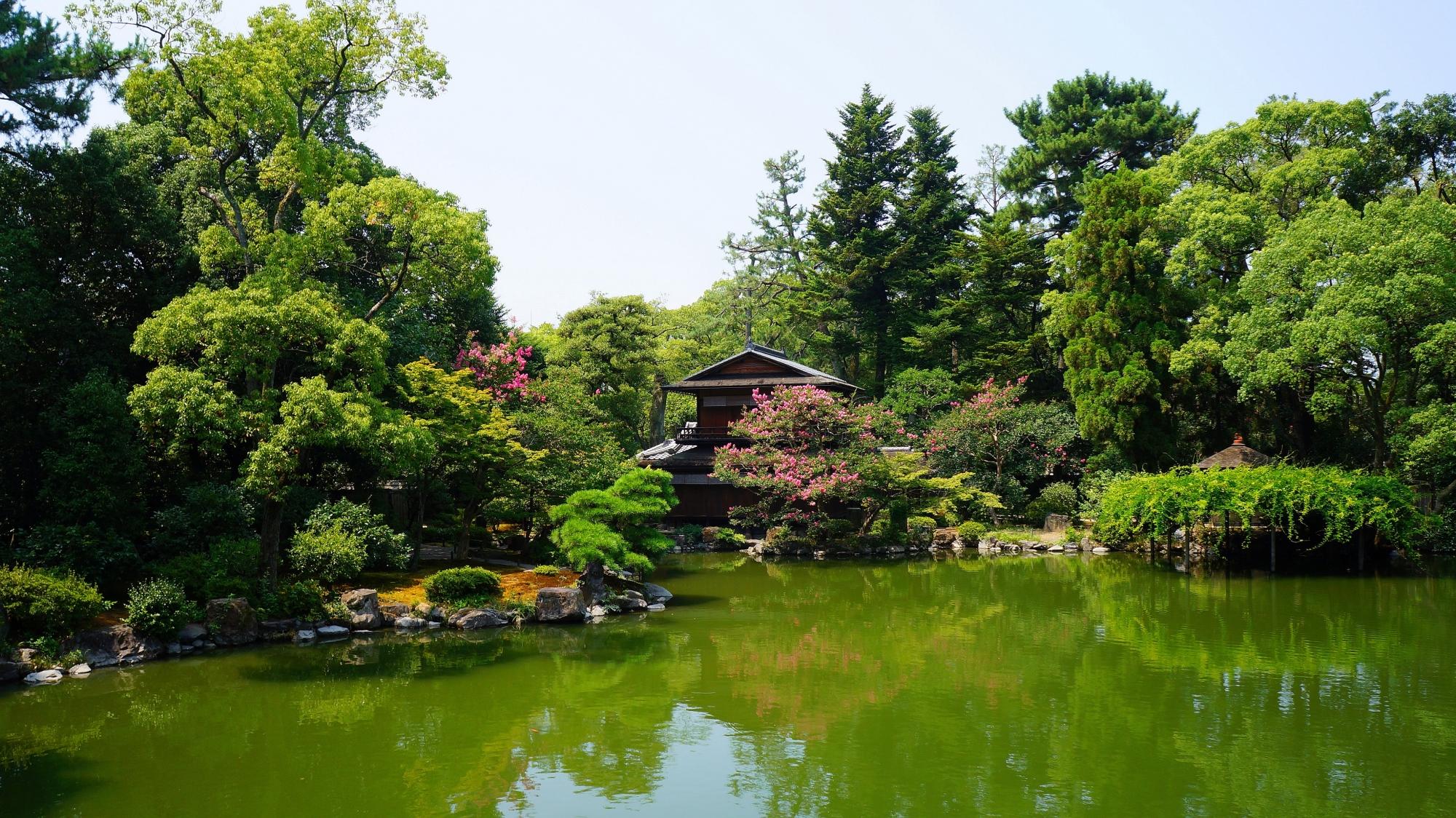 深い緑の中に佇む京都御苑の拾翠亭(しゅうすいてい)