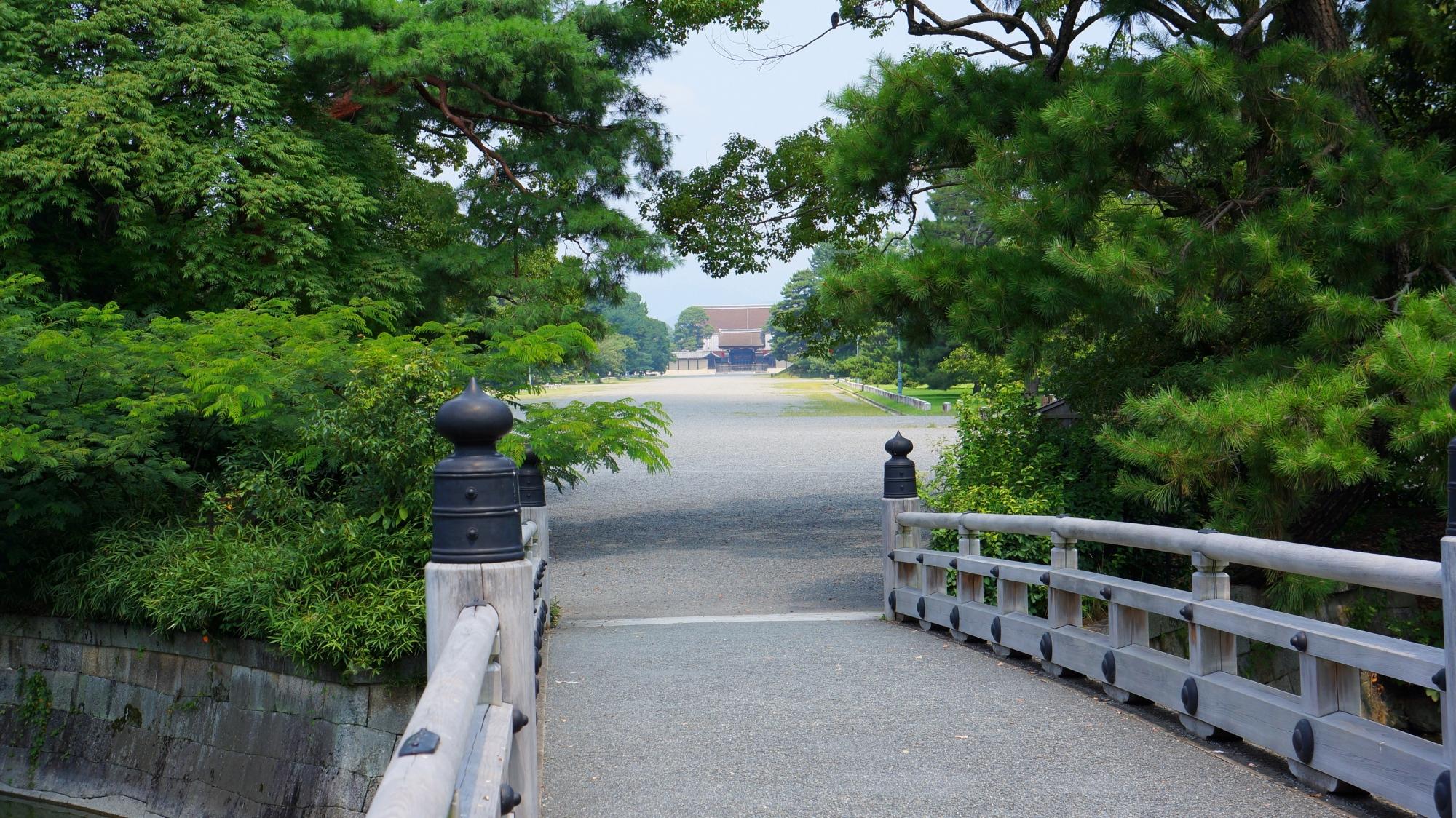 石橋の遠く向こうに見える京都御所の建礼門