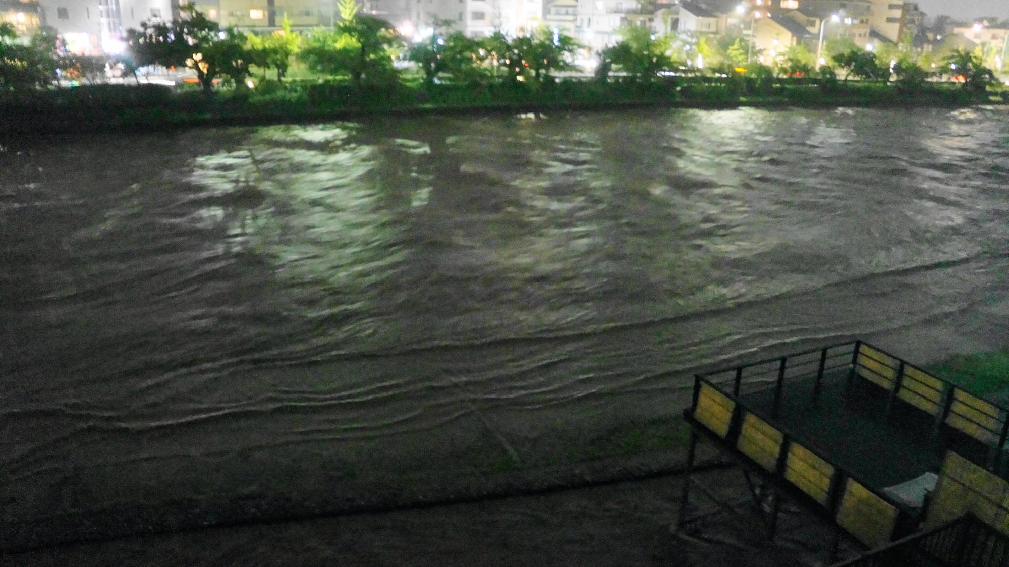 みそそぎ川との境目が無くなってきた2013年の増水した鴨川