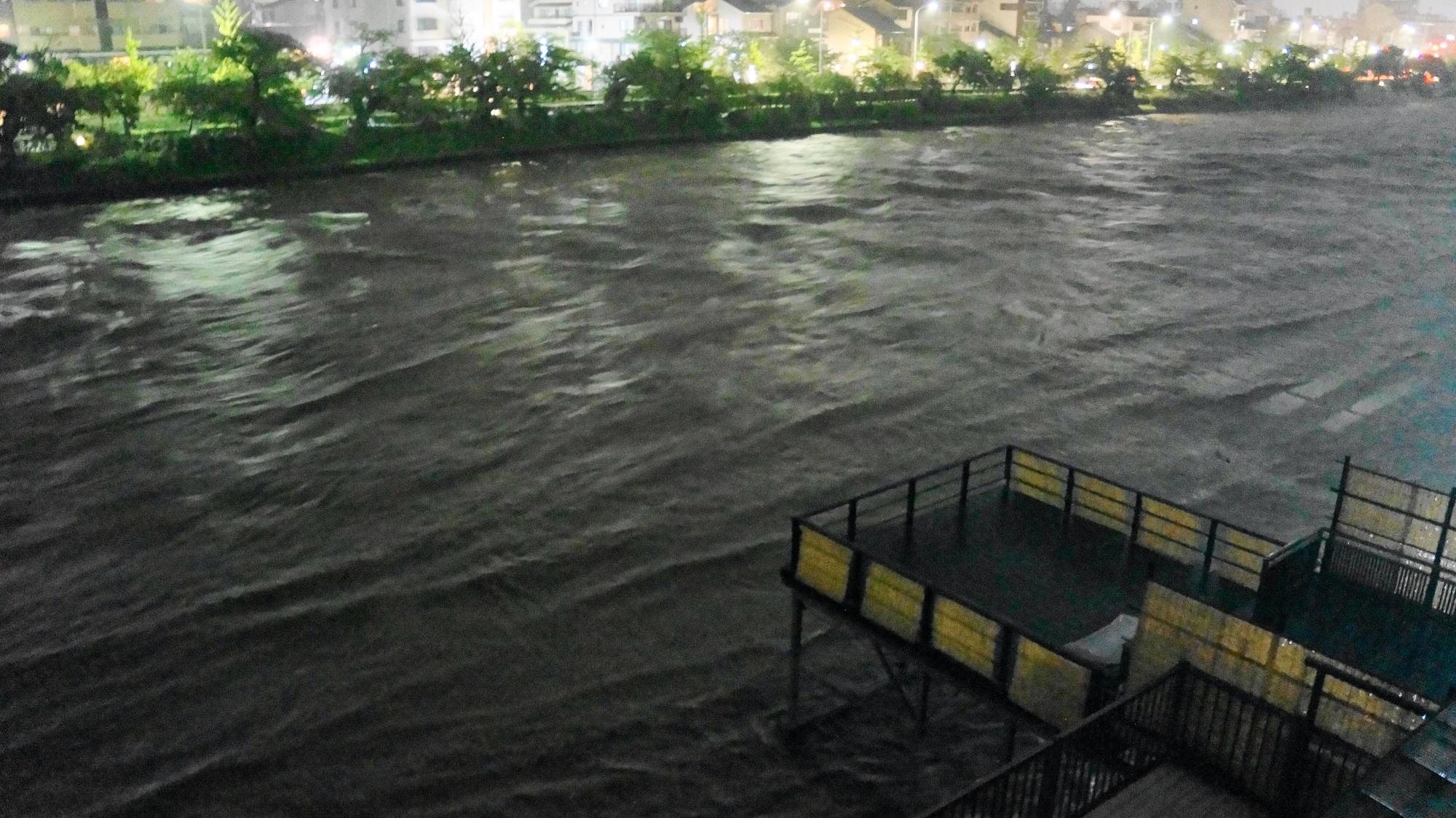 大雨が降り続き水位はさらに増した深夜の鴨川