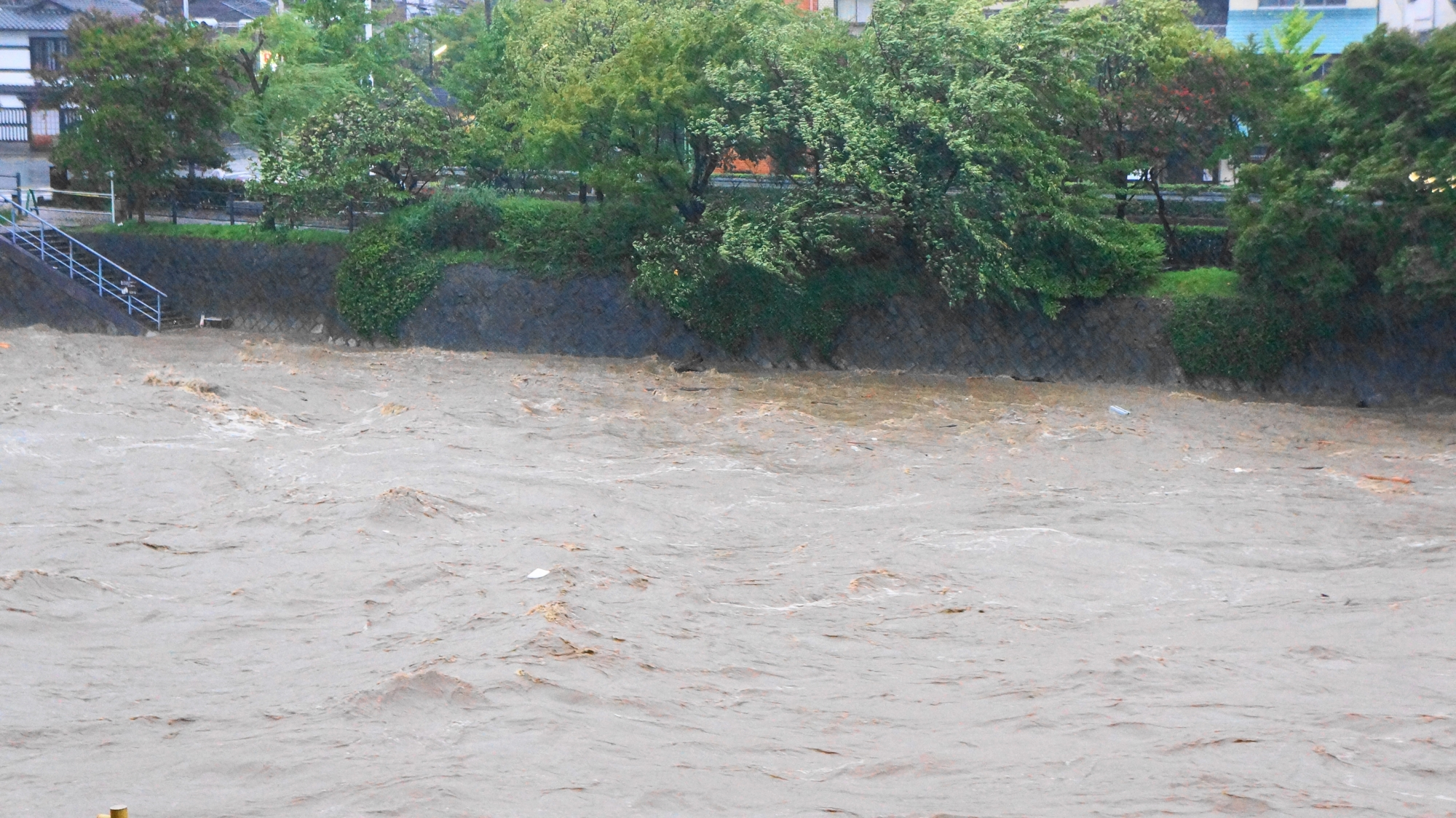 大雨特別警報が発令された京都府の氾濫しそうな鴨川