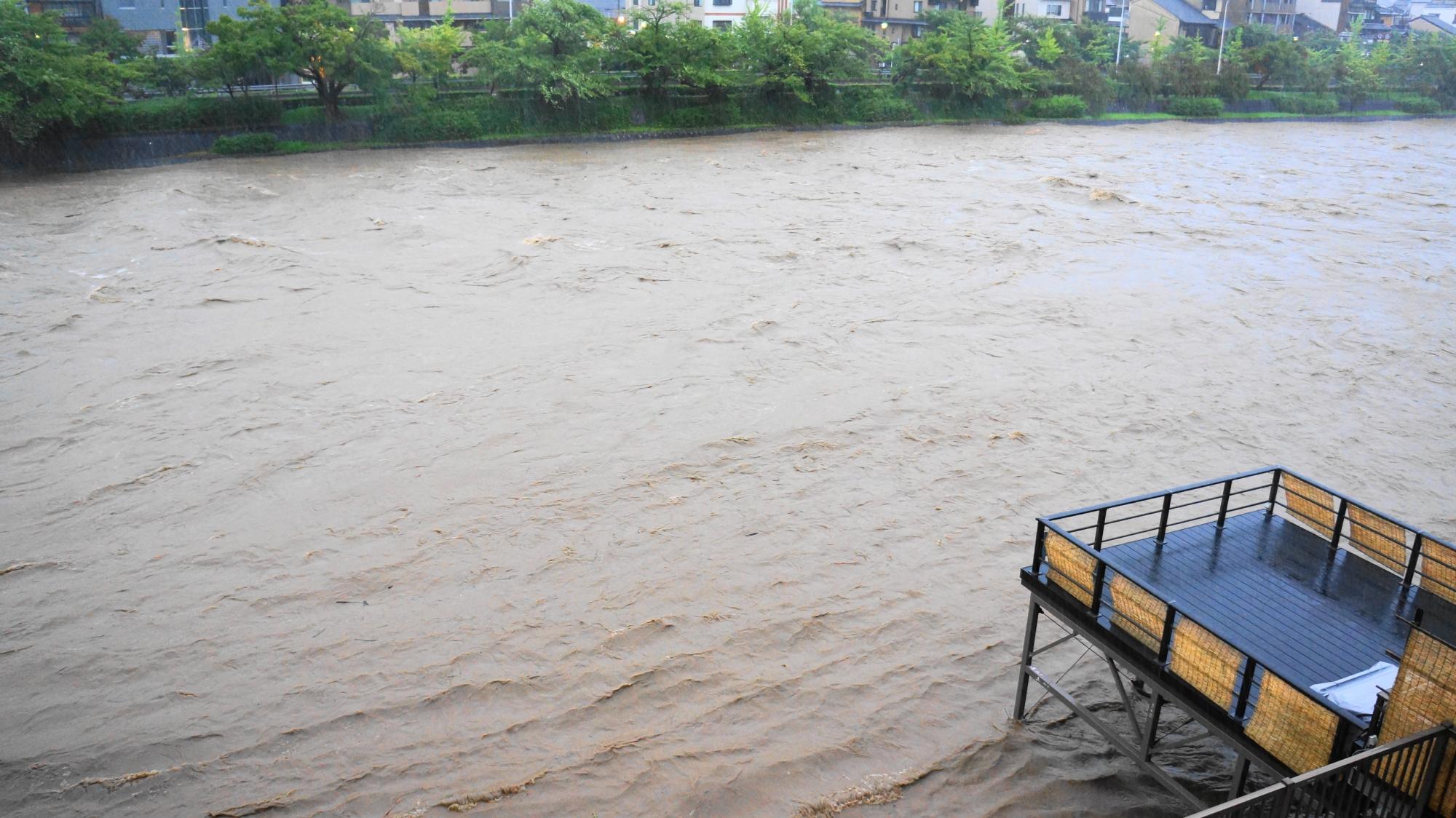 高画質 写真 鴨川 氾濫