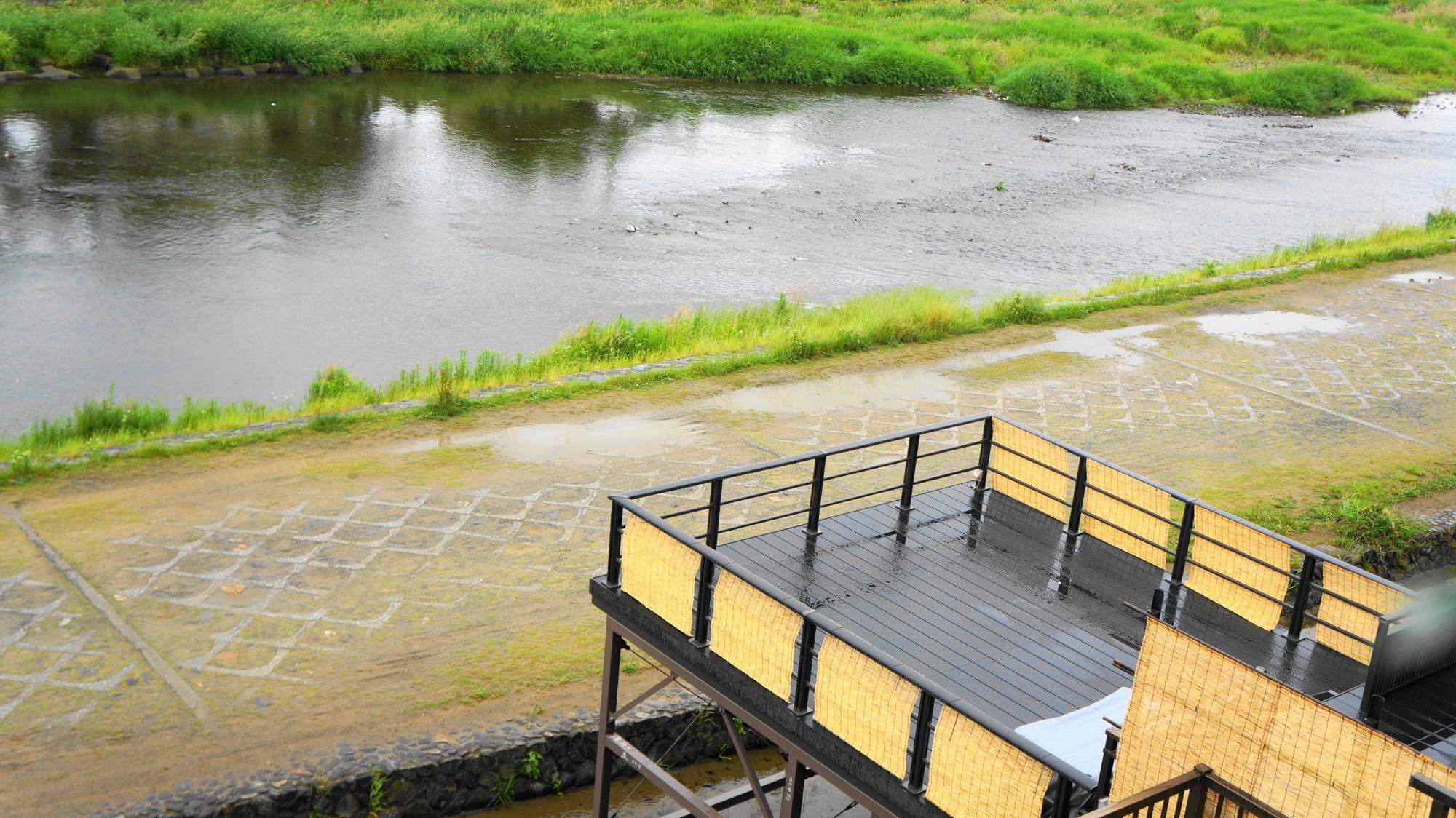 普段の穏やかな鴨川と川床