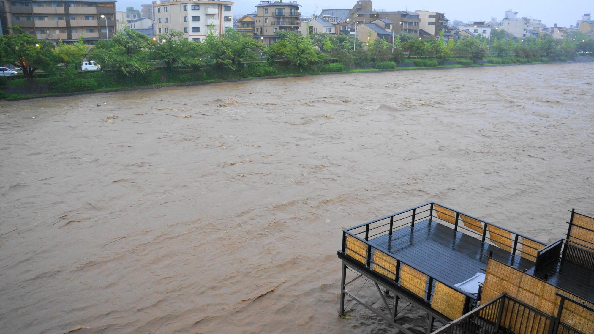 2013年9月16日の増水した全く別の場所のような鴨川