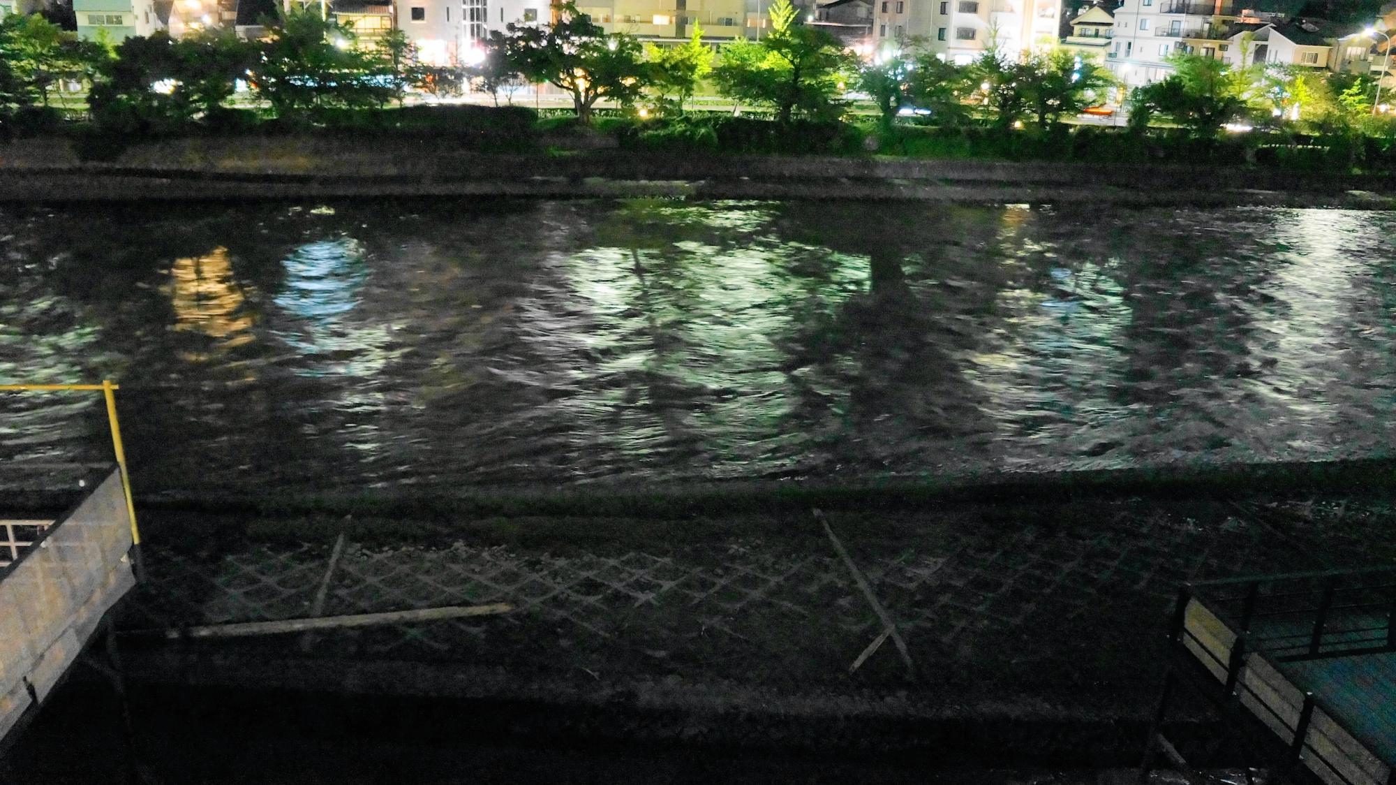 自然の驚異にさらされた2013年9月16日の鴨川