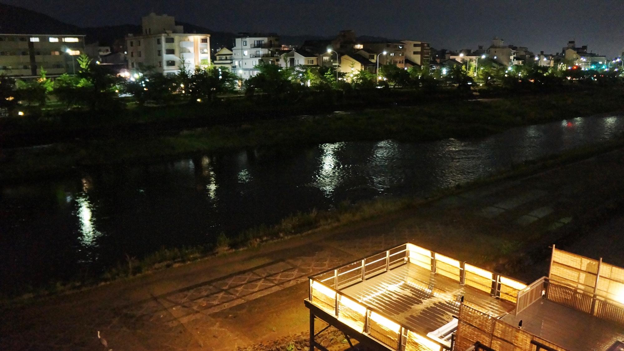 四条から五条の夜の長閑な鴨川