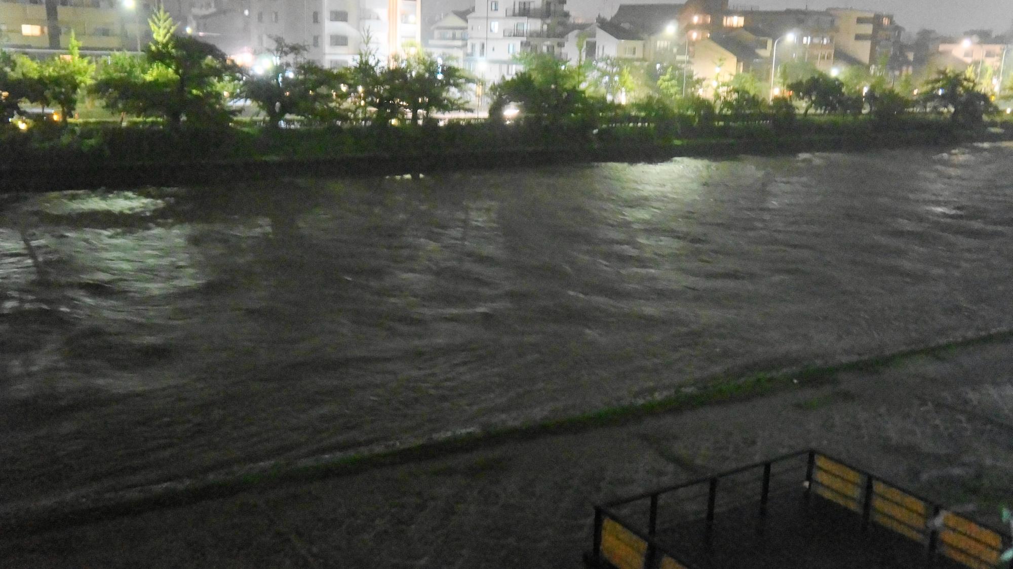 台風18号の大雨で増水した鴨川