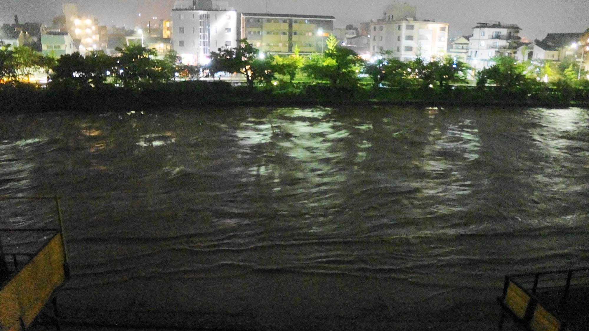 台風18号の大雨でどんどん水の量が増えて行く鴨川