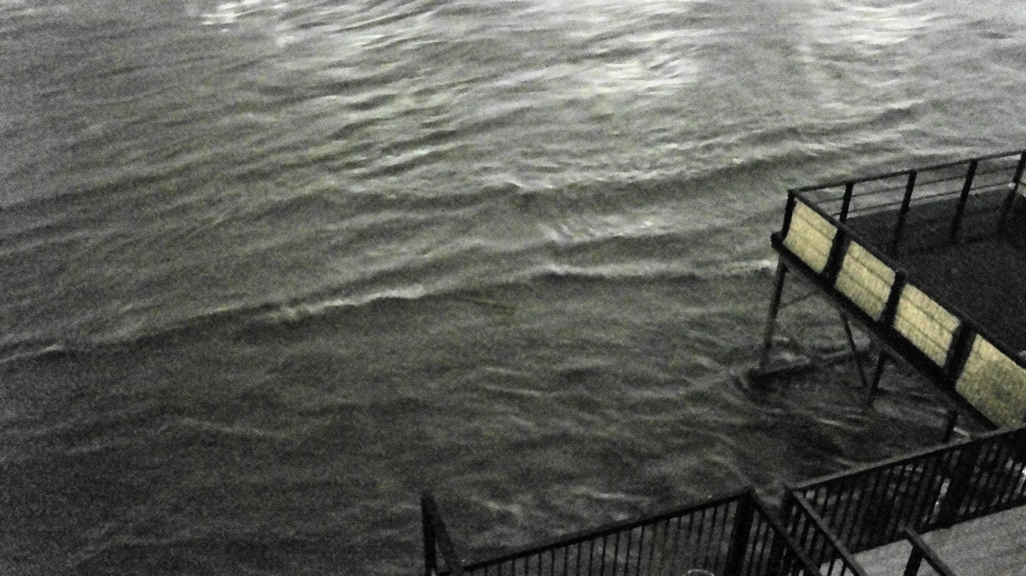 床の直ぐ側まで水位が迫ってきている鴨川