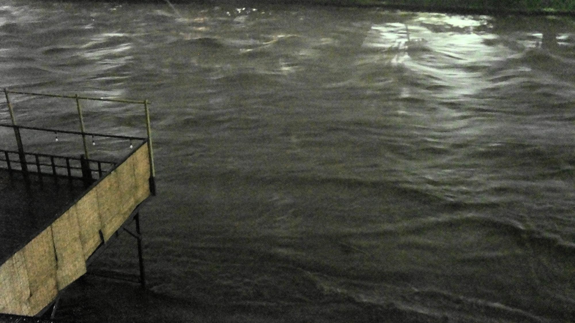音を立ててうねる増水した鴨川