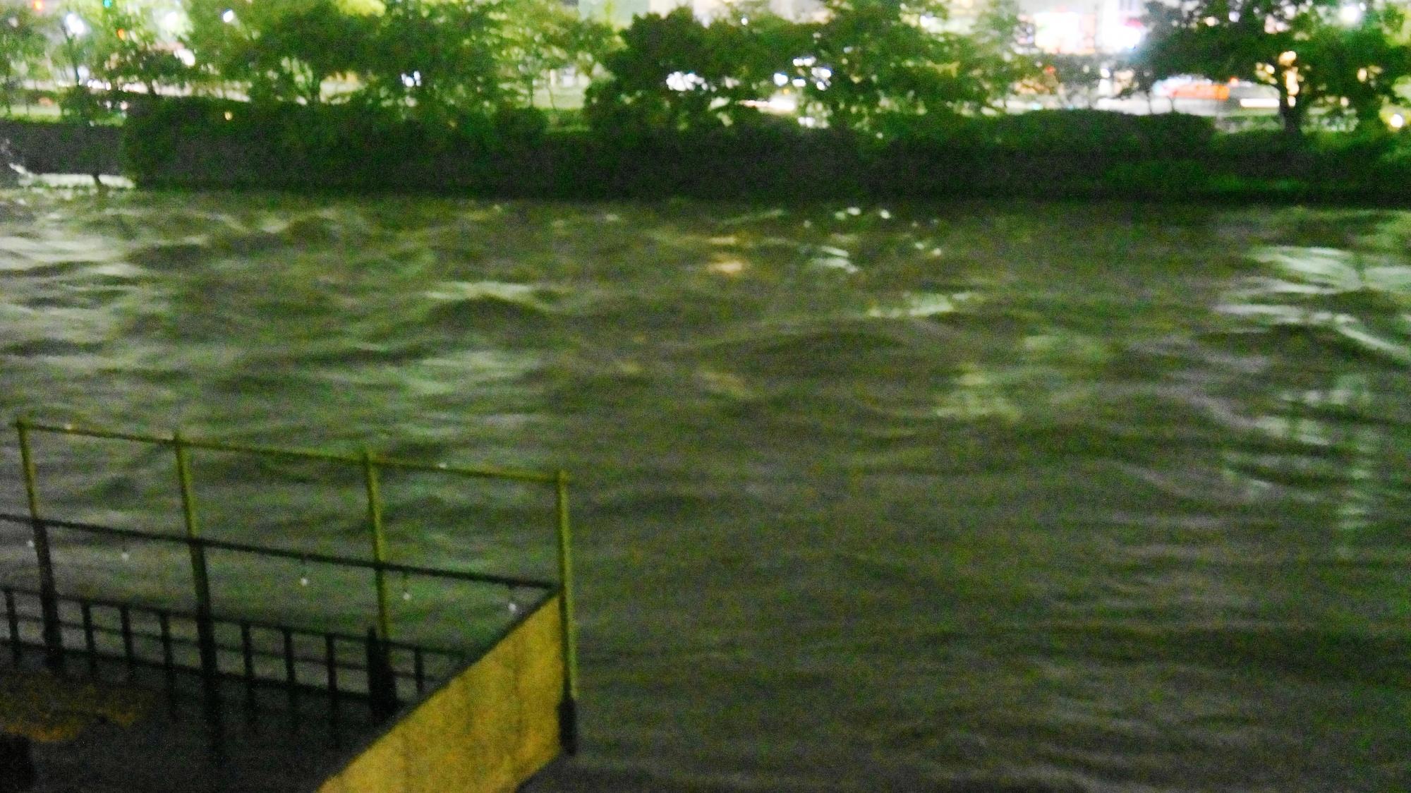 向こう岸の歩道は完全に水に浸かってしまった鴨川