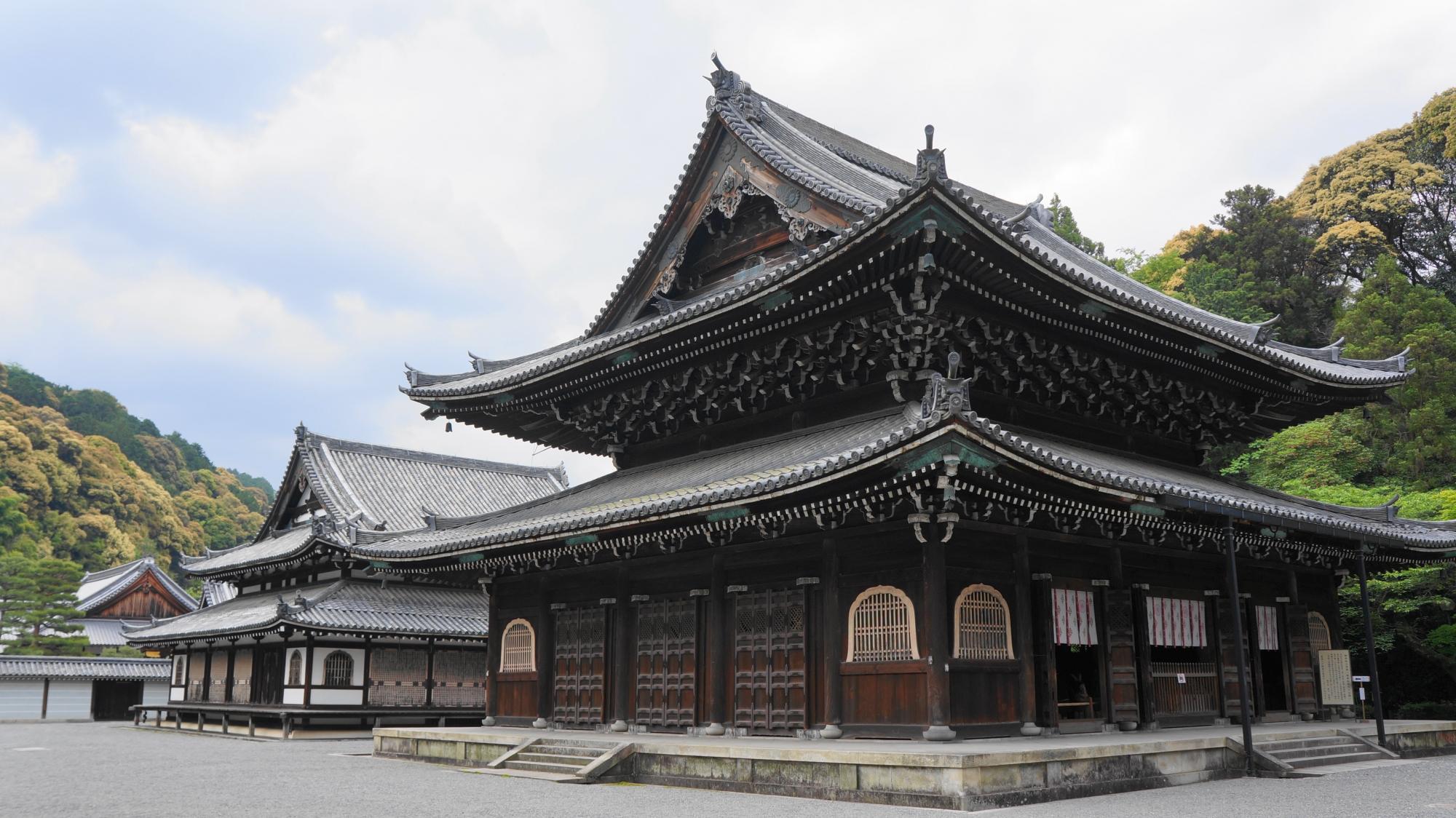 京都御寺泉涌寺の雄大な仏殿と舎利殿
