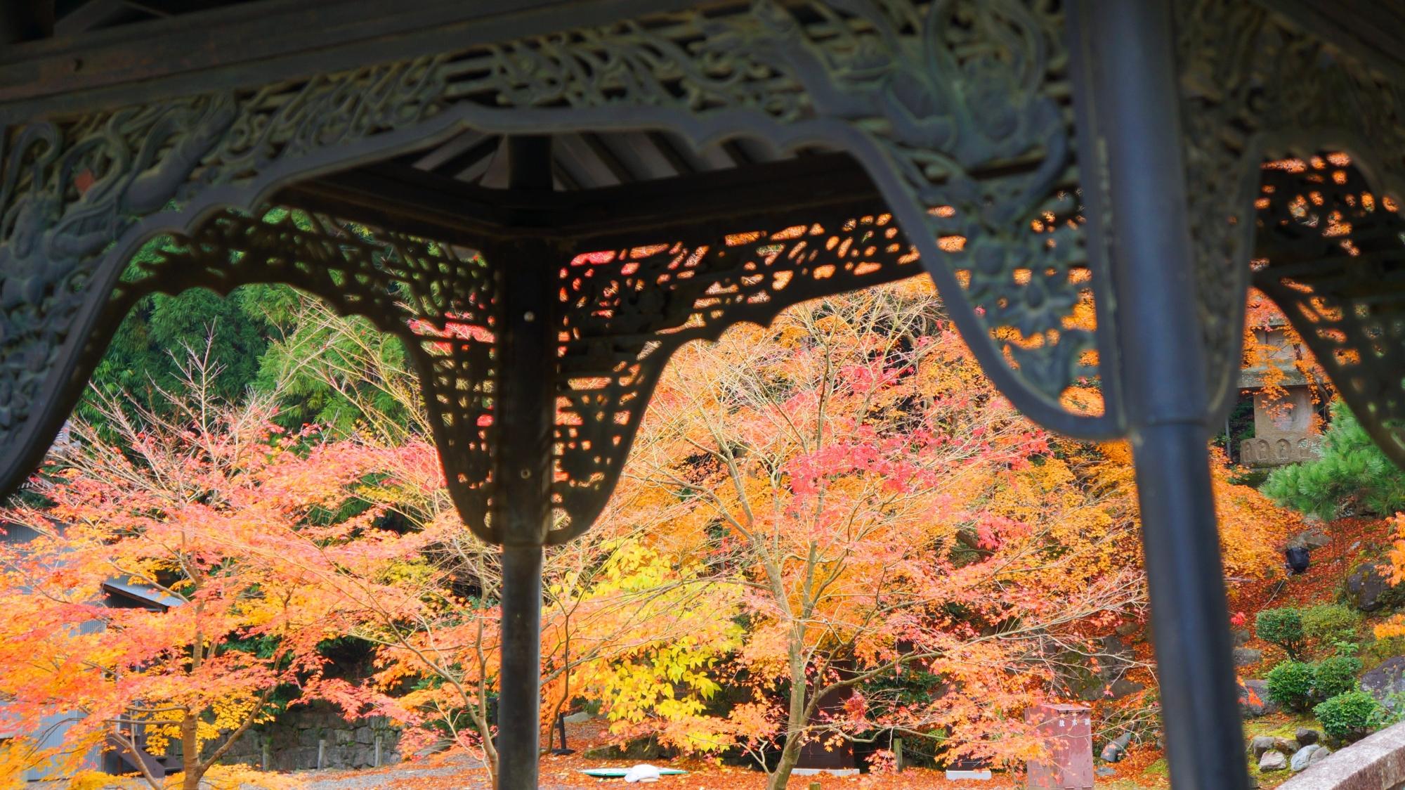 納骨堂を彩る華やかな秋色