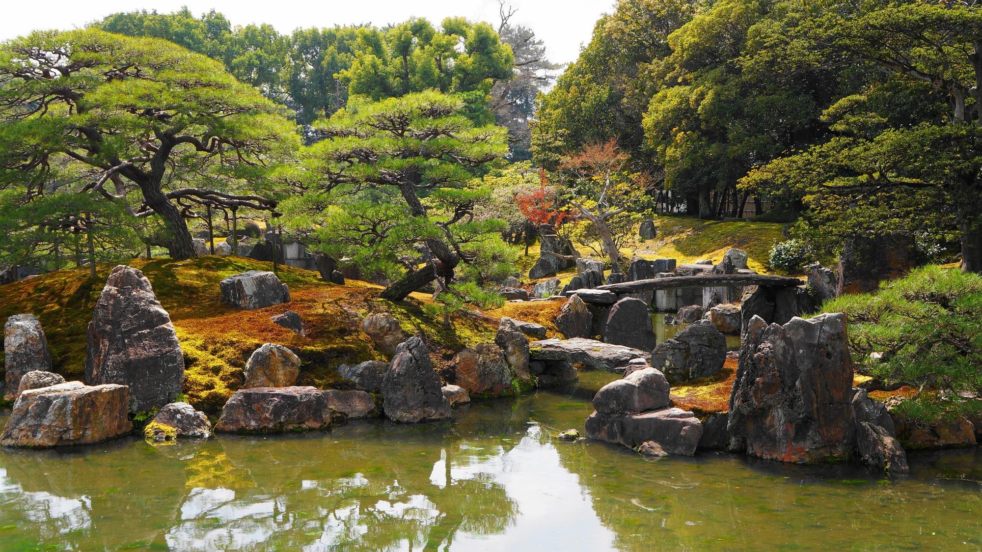 力強い岩がたくさん配された池泉式の庭園