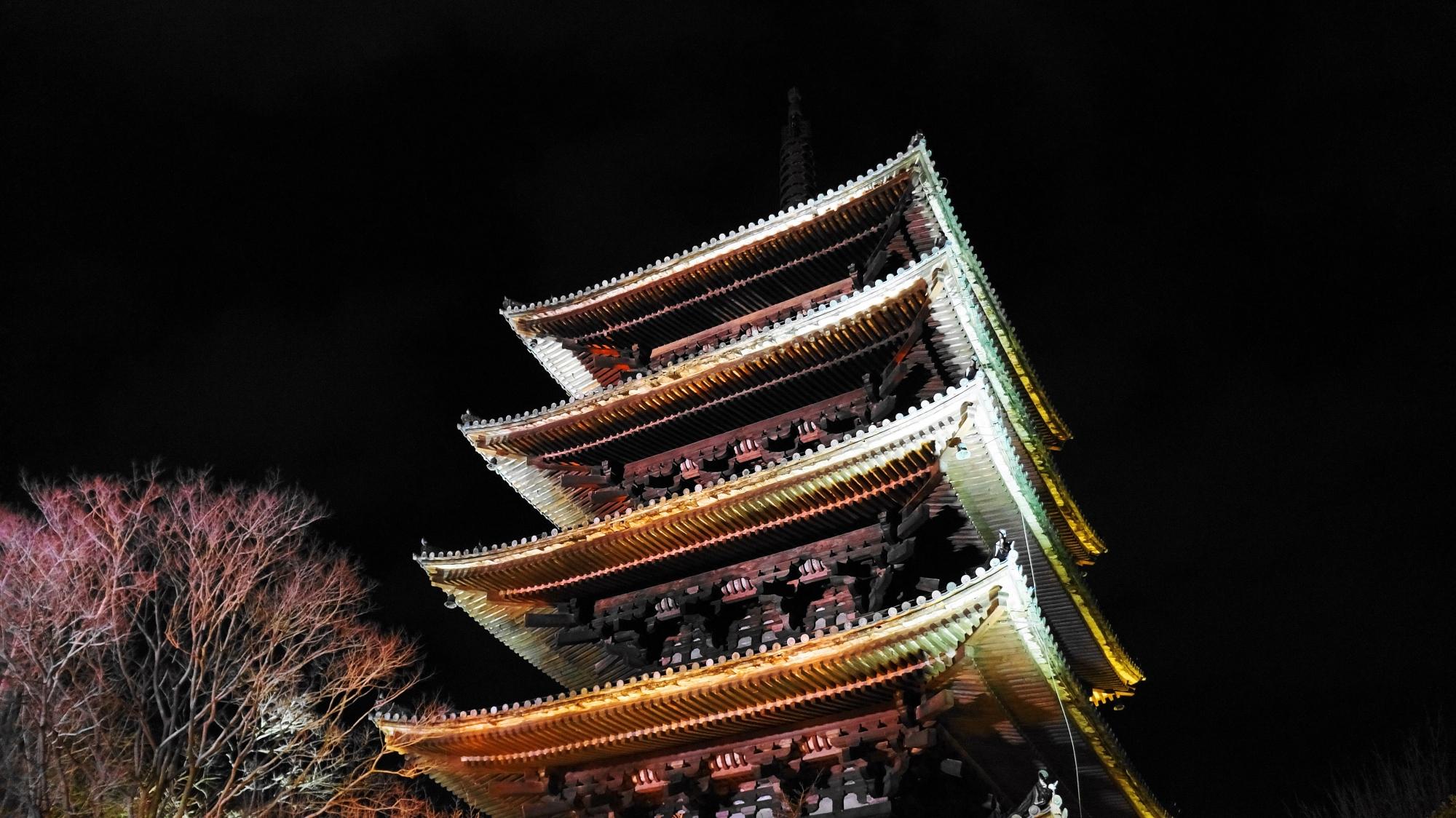 八坂の塔 ライトアップ 東山花灯路 幻想的