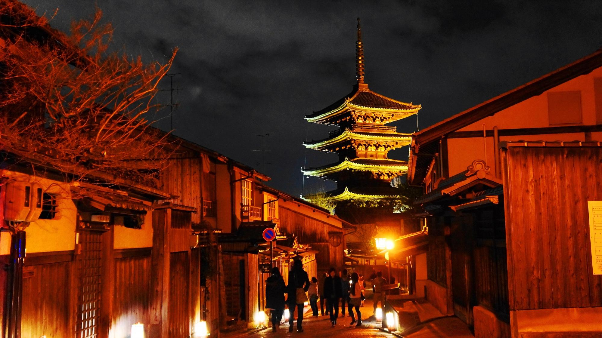 高画質 ライトアップ 八坂の塔 写真 東山花灯路 風物詩