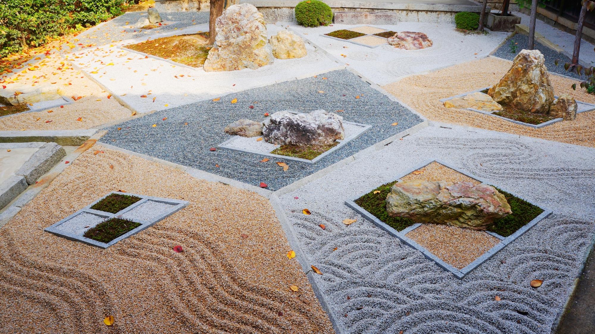 幾何学的な模様が特徴的な枯山水庭園である真如堂の随縁の庭