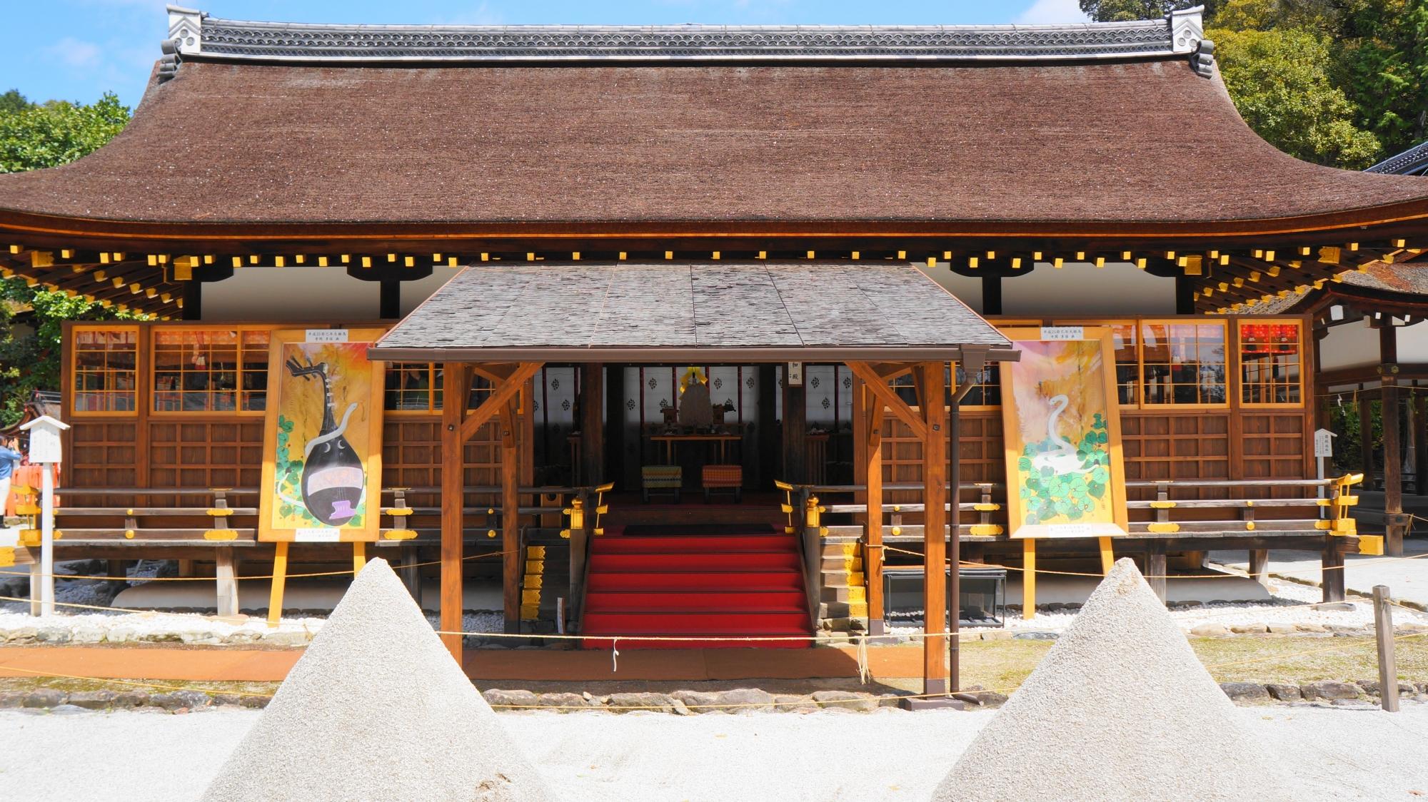 上賀茂神社の細殿と砂を盛った立砂